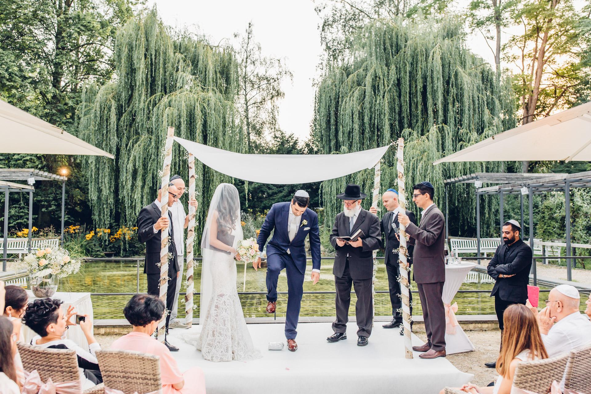 Jüdische Hochzeit Frankfurt Paar steht unter Chuppa Bad Homburg