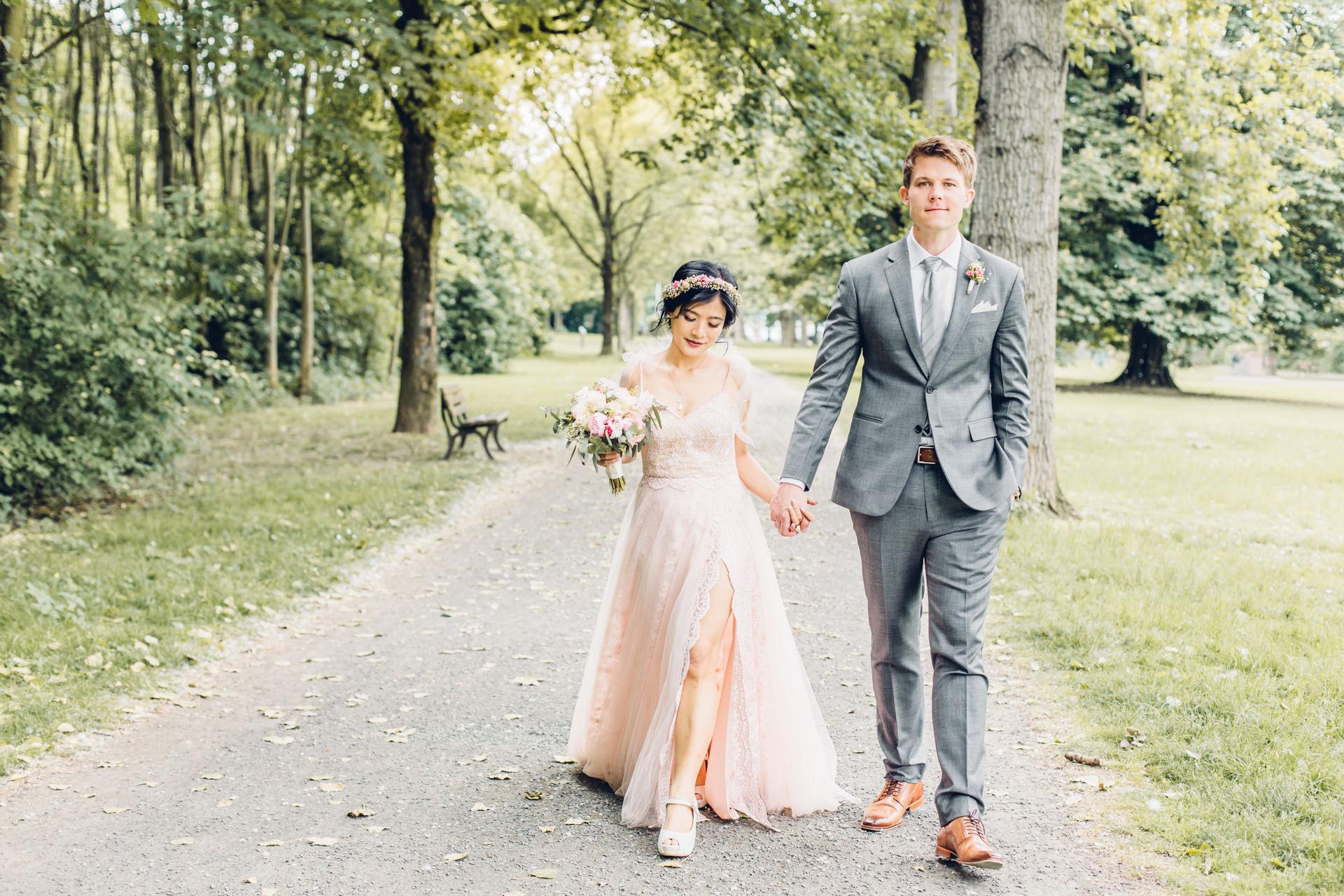Brautpaar auf dem Weg zur Hochzeit in die Gerbermuehle in Frankfurt