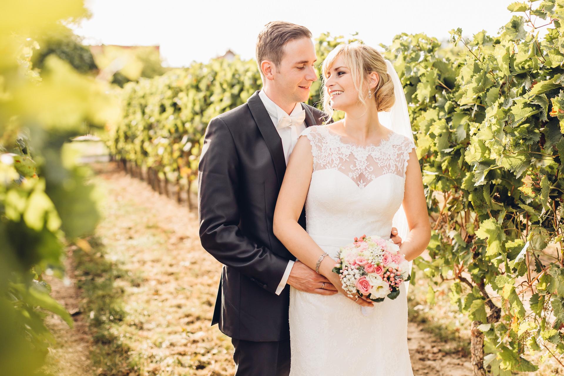 Brautpaar in Weinreben beim San Martin in Bermersheim