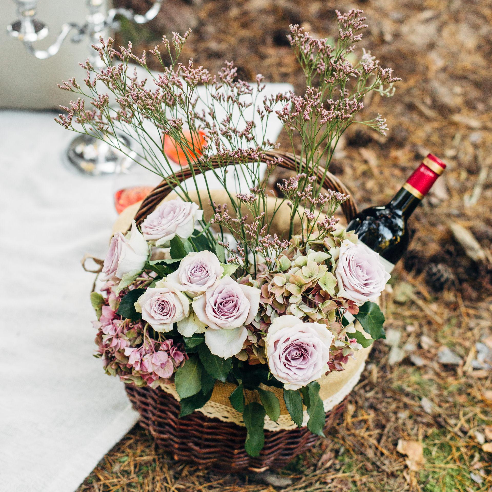 Picknickkorb mit Wein und Blumen