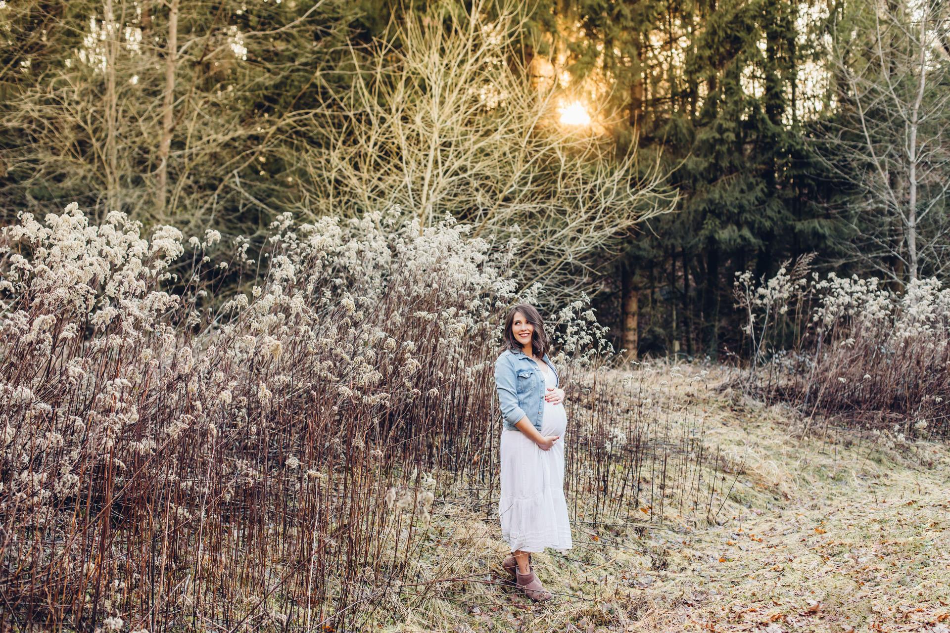 Babybauchfotos im Winter im Sommerkleid