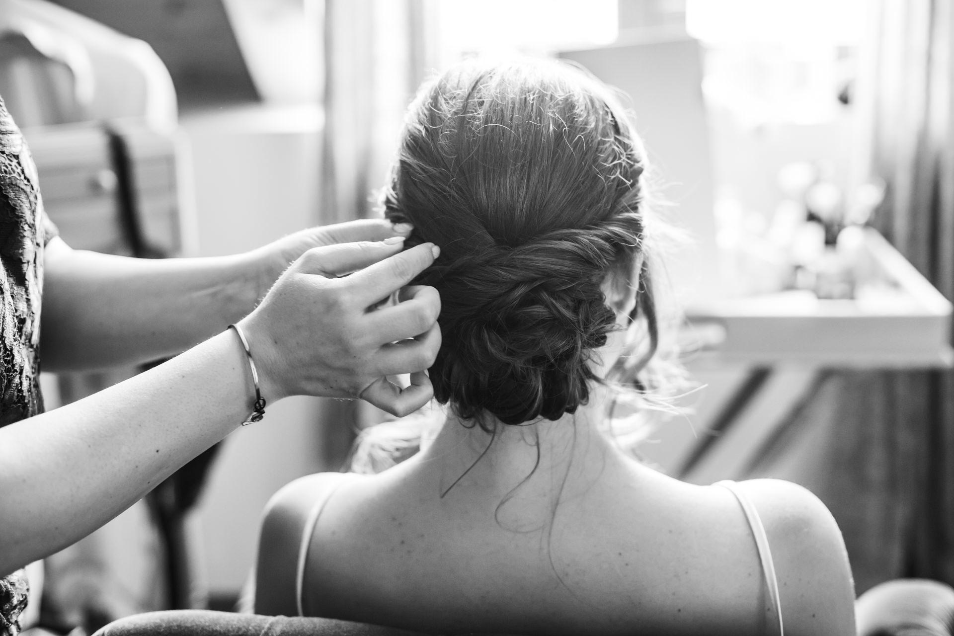 Brautfrisur beim Getting Ready am Hochzeitsmorgen im Weingut am Nil
