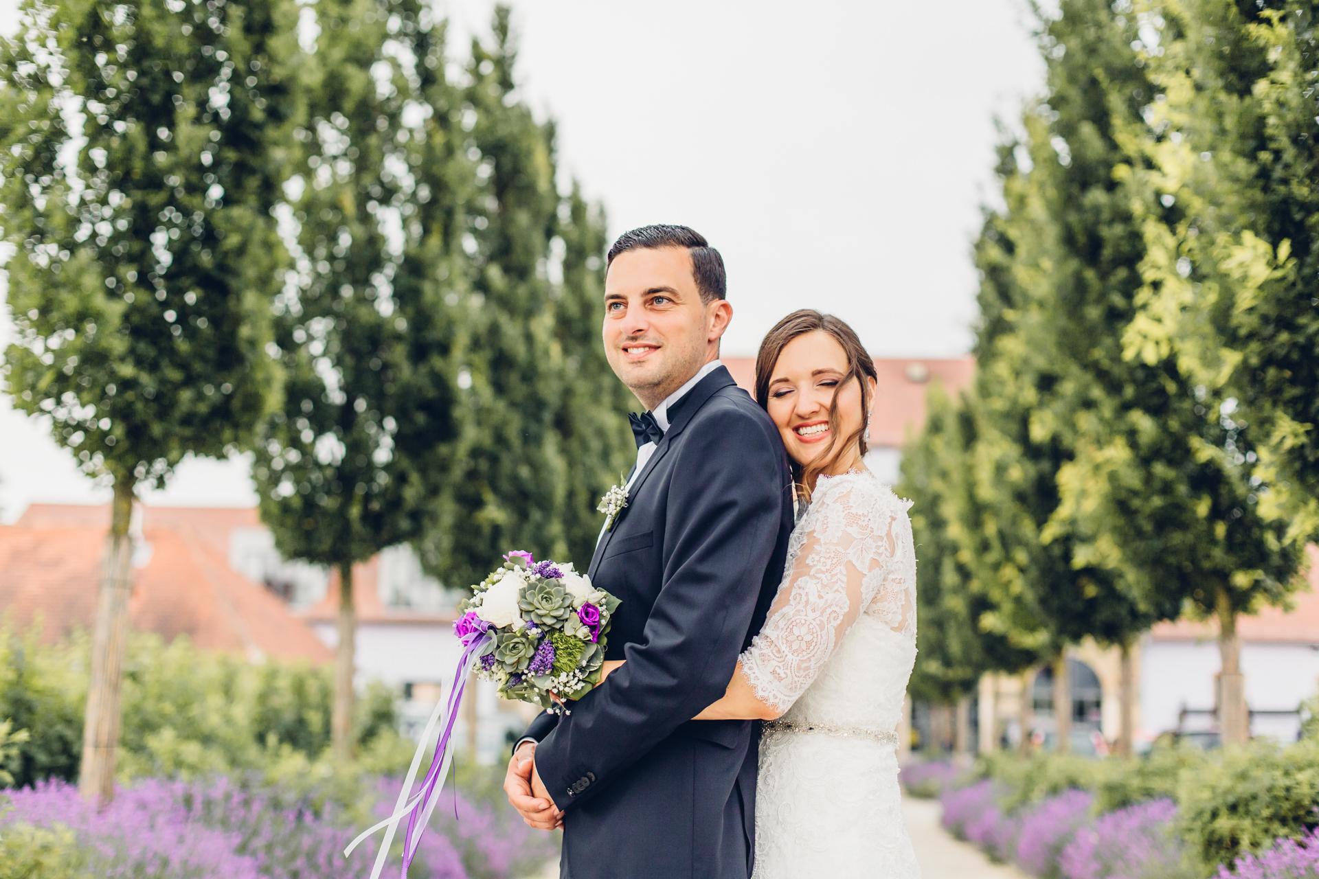 Märchenhafte Hochzeit in Lila im Weingut am Nil in Kallstadt mitten zwischen Lavendelblüten