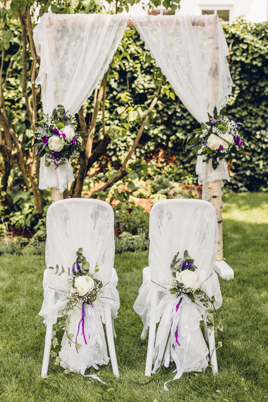 Sommerliche Freie Trauung im Garten der Hochzeitslocation Weingut am Nil in Kallstadt, Rheinland Pfalz