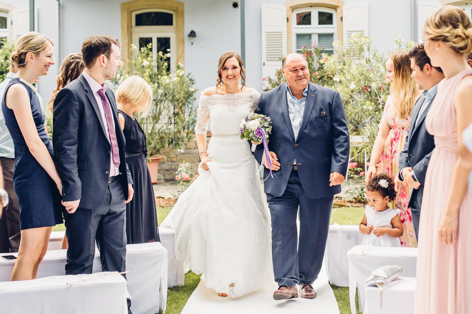 Braut wird vom ihrem Vater zur Hochzeit iim Weingut am Nil reingeführt