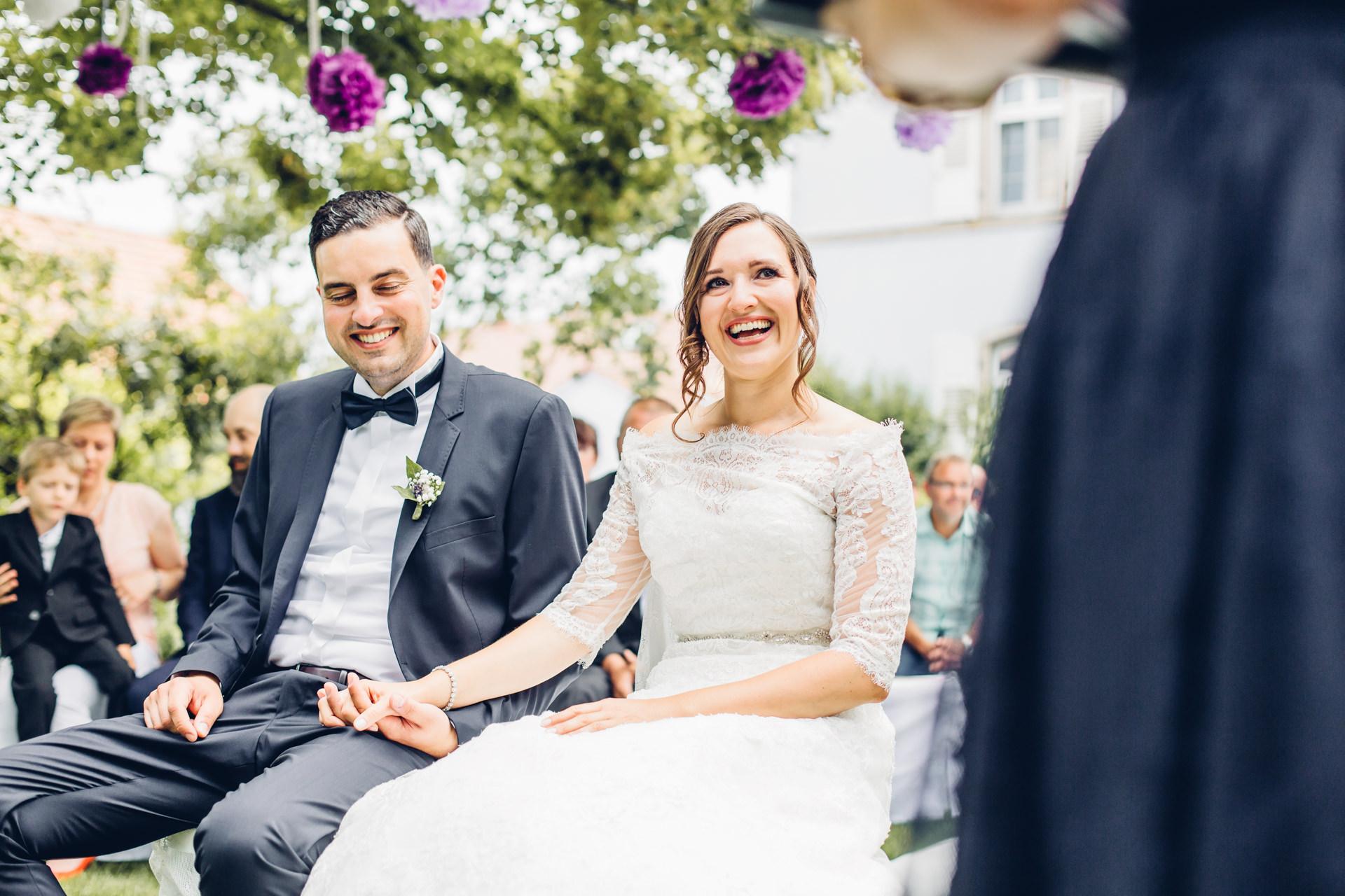 Hochzeitslocation Weingut am Nil Kallstadt Paar feiert Freie Trauung im Garten