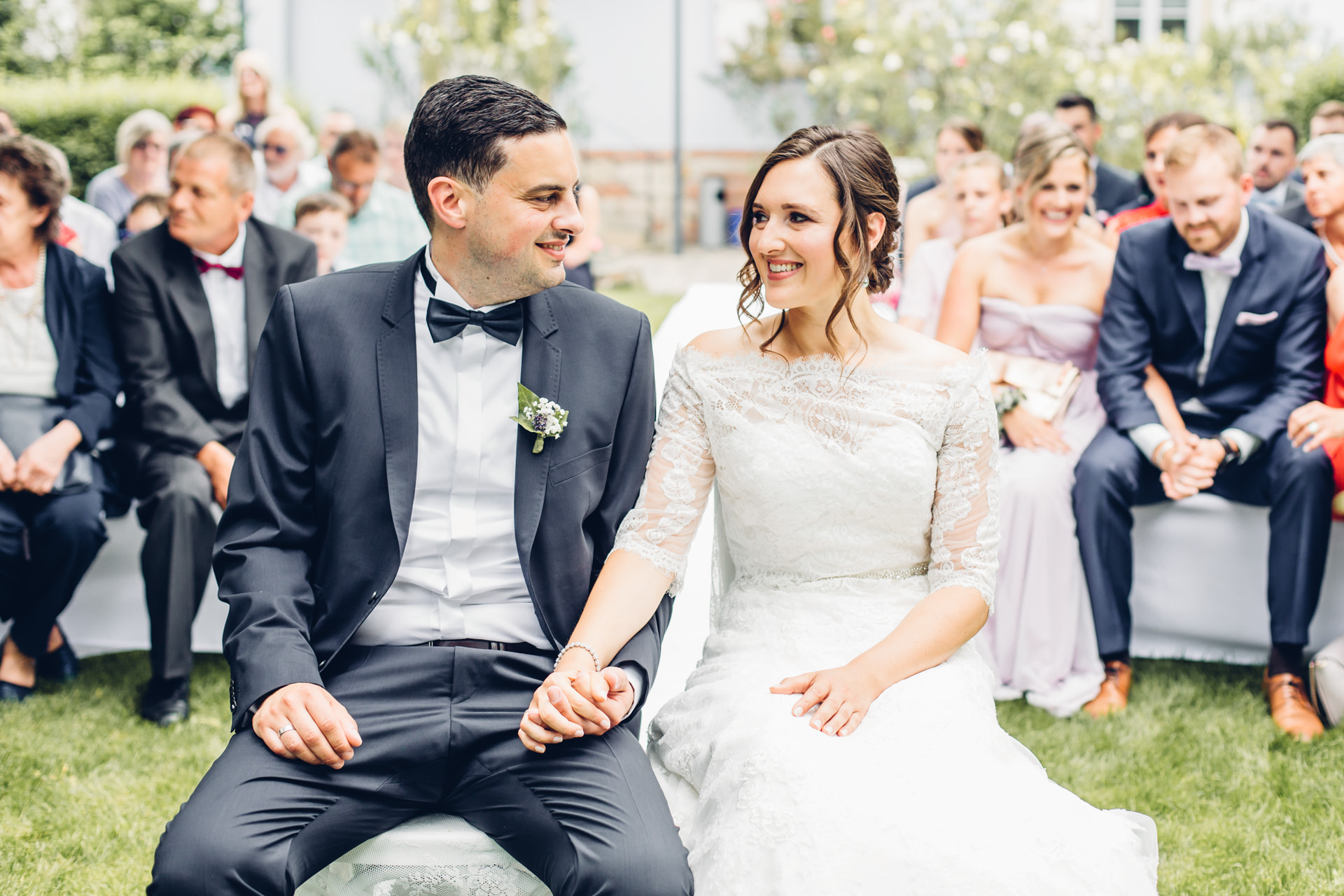glückliches Brautpaar bei freier Trauung im Weingut am Nil in Kallstadt