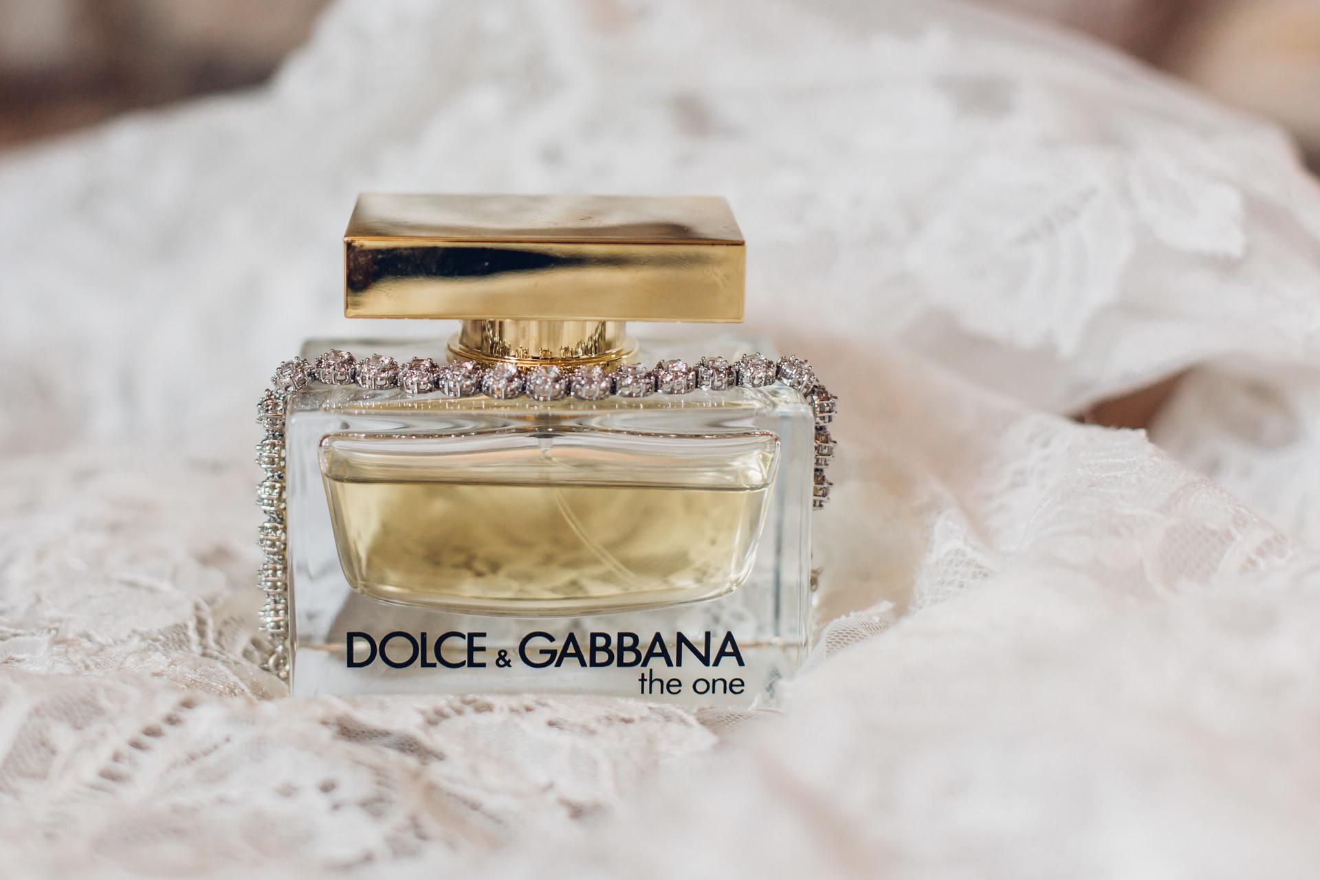 Parfum und Schmuck der Braut beim Getting Ready Dolce & Gabbana the one