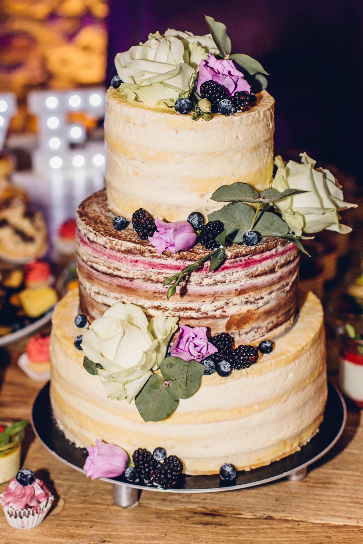 Hochzeitstorte Naked Cake mit Blumen verziehrt