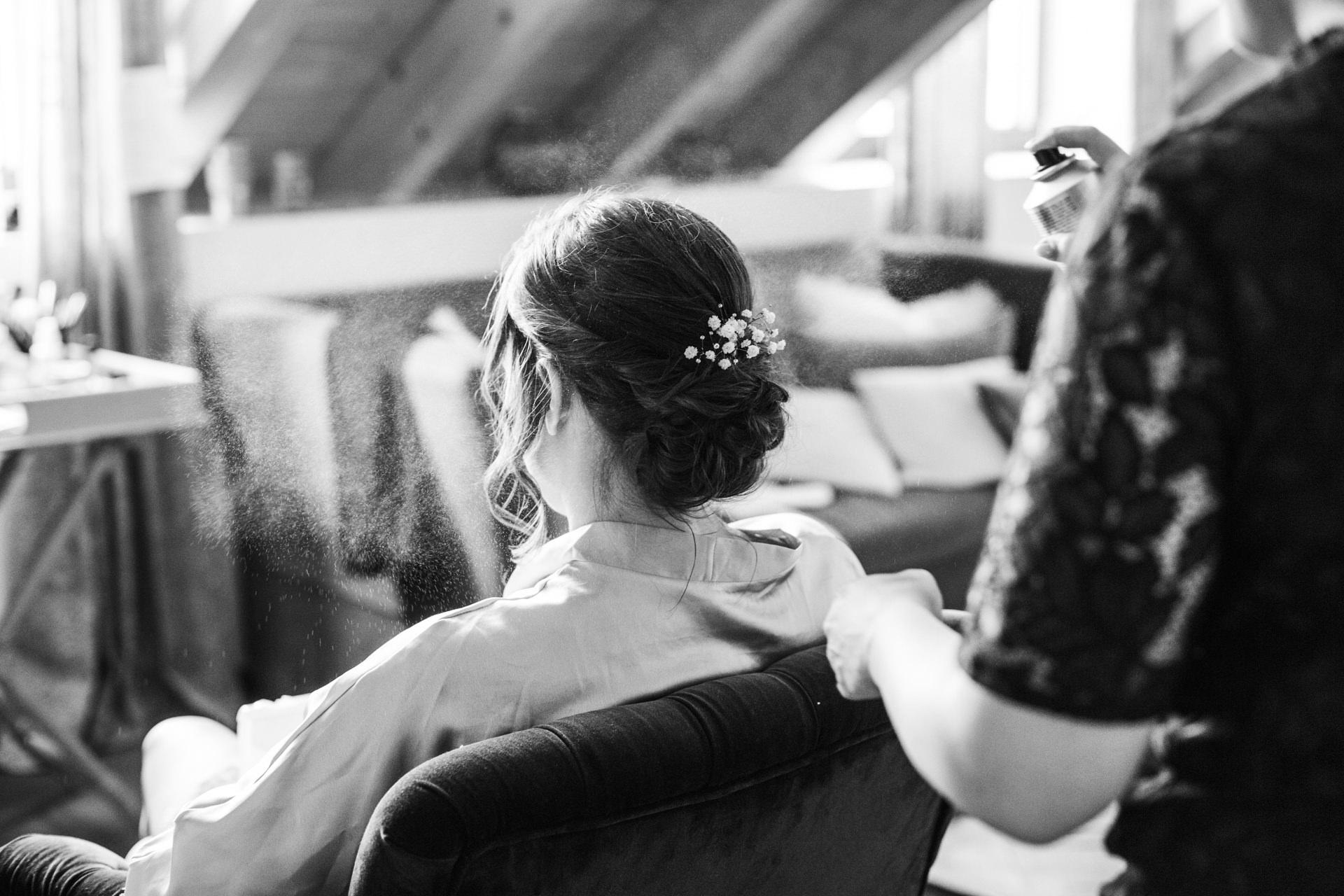 Brautfrisur Haarspray Getting Ready im Weingut am Nil