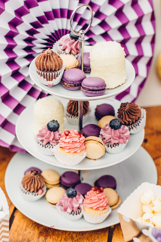 Candy Bar in Lila mit Macarons und Cupcakes im Weingut am Nil