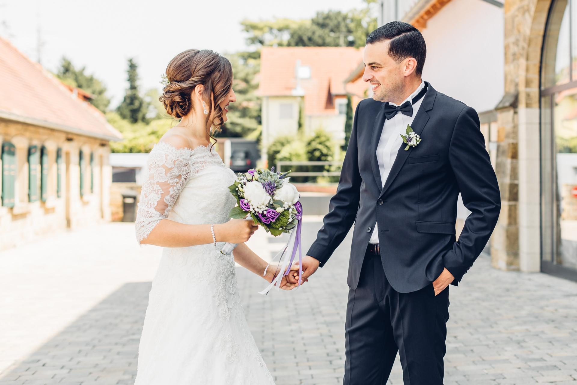 Braut und Bräutigam First Look vor der freien Trauung im Weingut am Nil