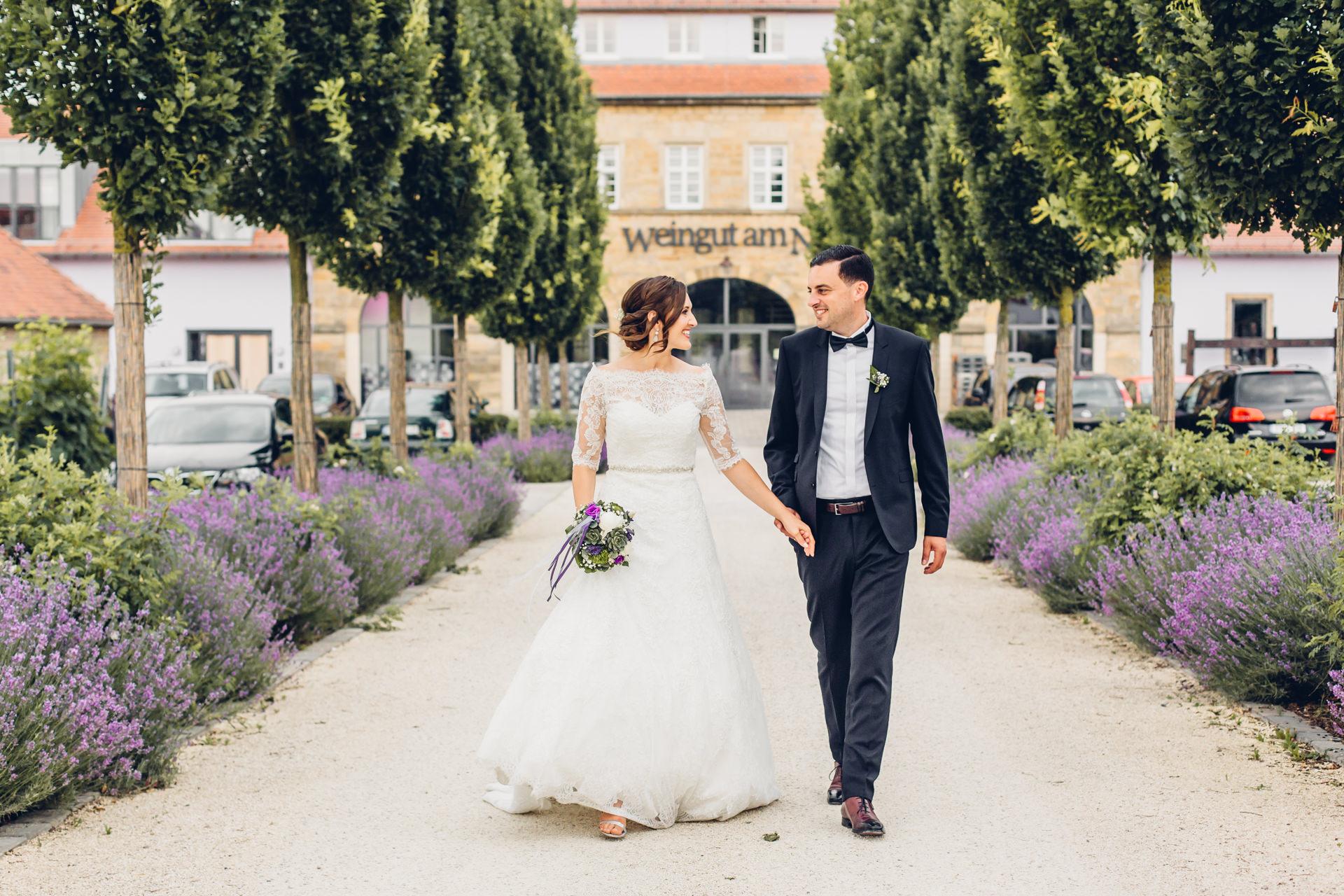 Brautpaar in der Hochzeitslocation in Kallstadt im Weingut am Nil