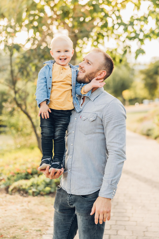 Kleiner Sohn mit seinem Papa beim Familienshooting