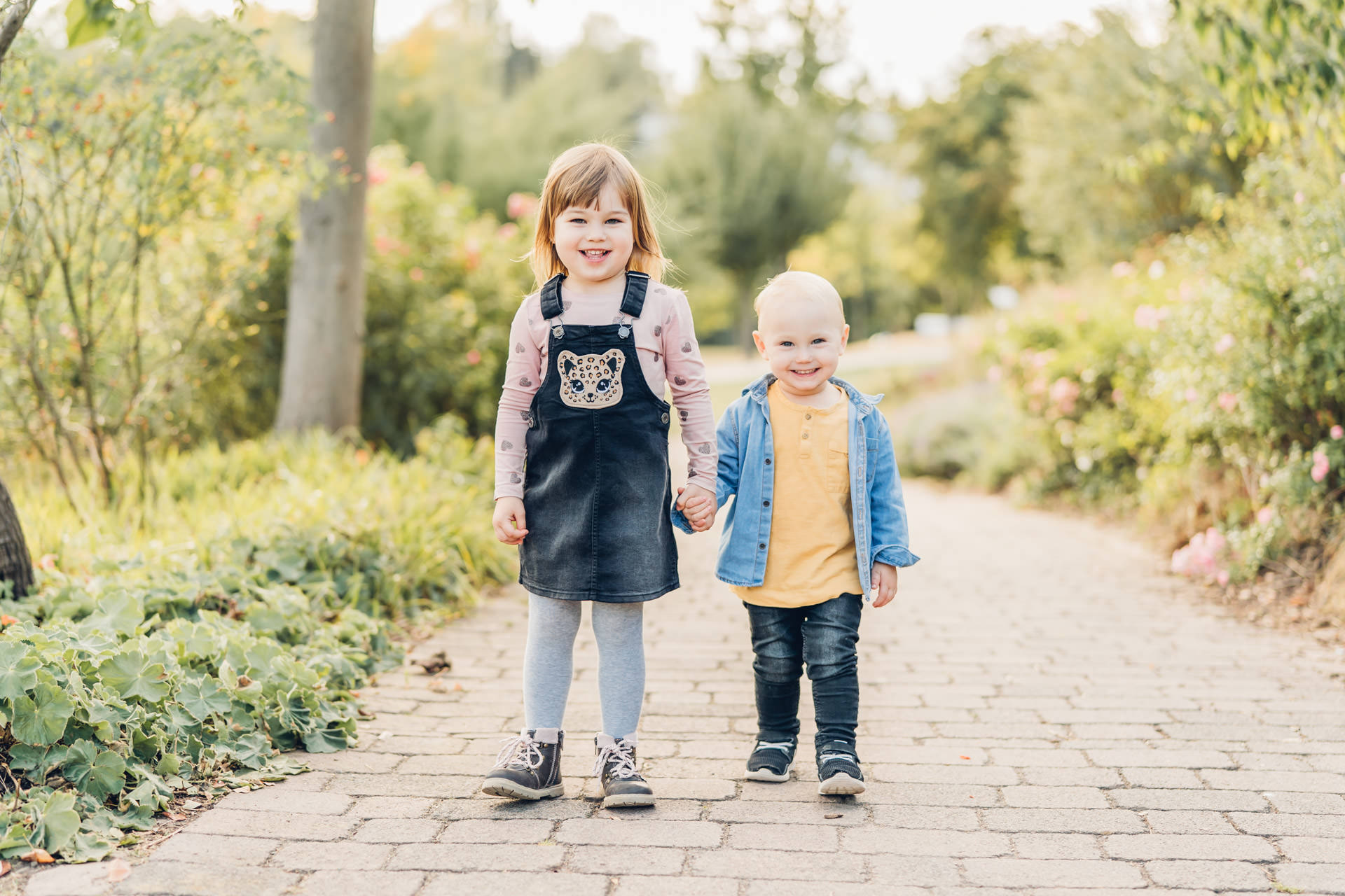 Geschwister Mädchen und Junge halten Händchen bei Familienshooting in Rheinland Pfalz