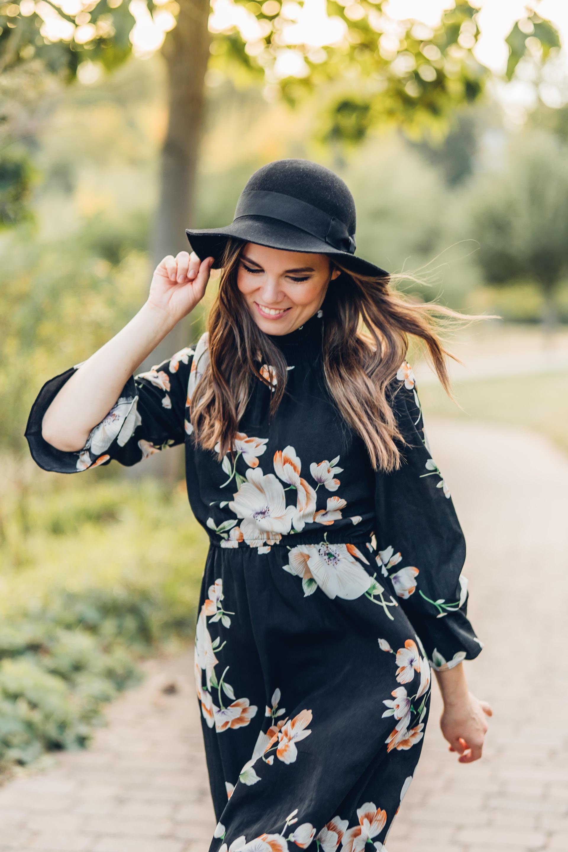 Portrait Fotograf Mainz junge hübsche Frau im Blumenkleid