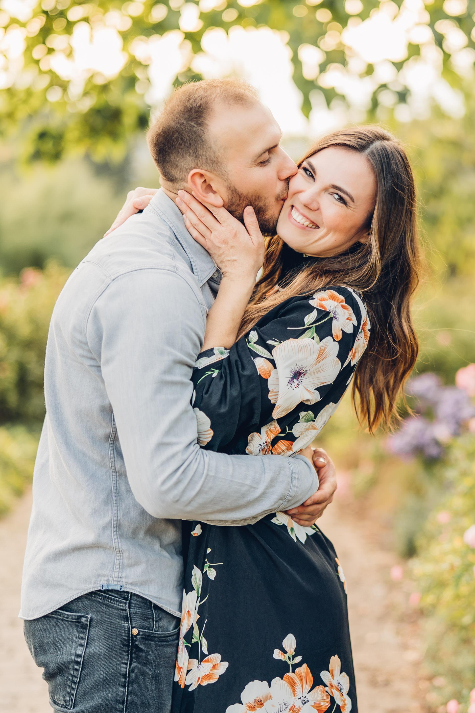 Verliebtes glückliches Paar beim Verlobungsshooting beim Fotograf Mainz