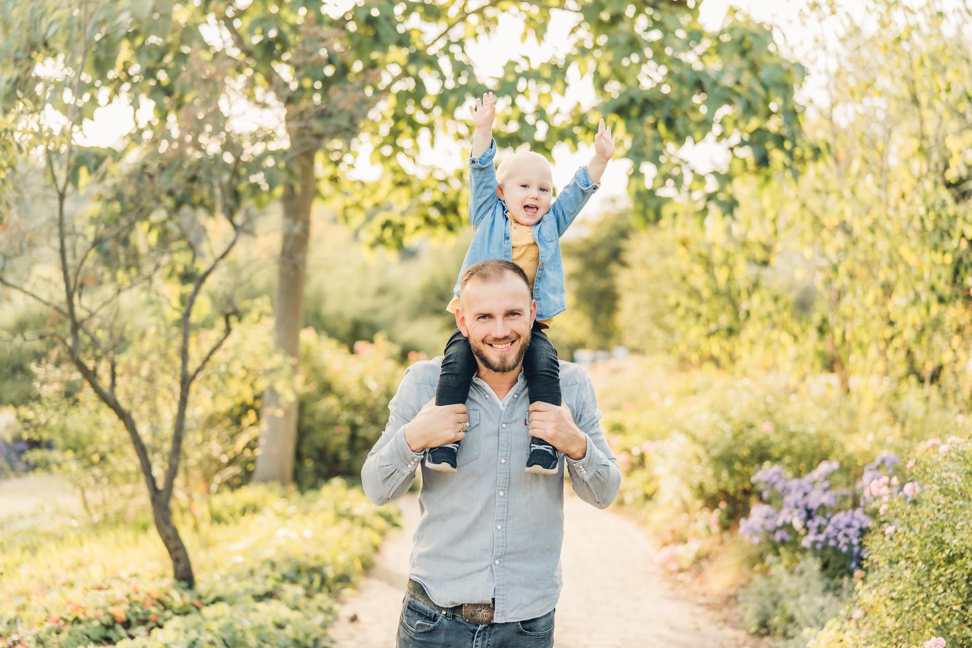 Sohn mit seinem Papa im Sonnenuntergang beim Familienshooting Rheinland Pfalz