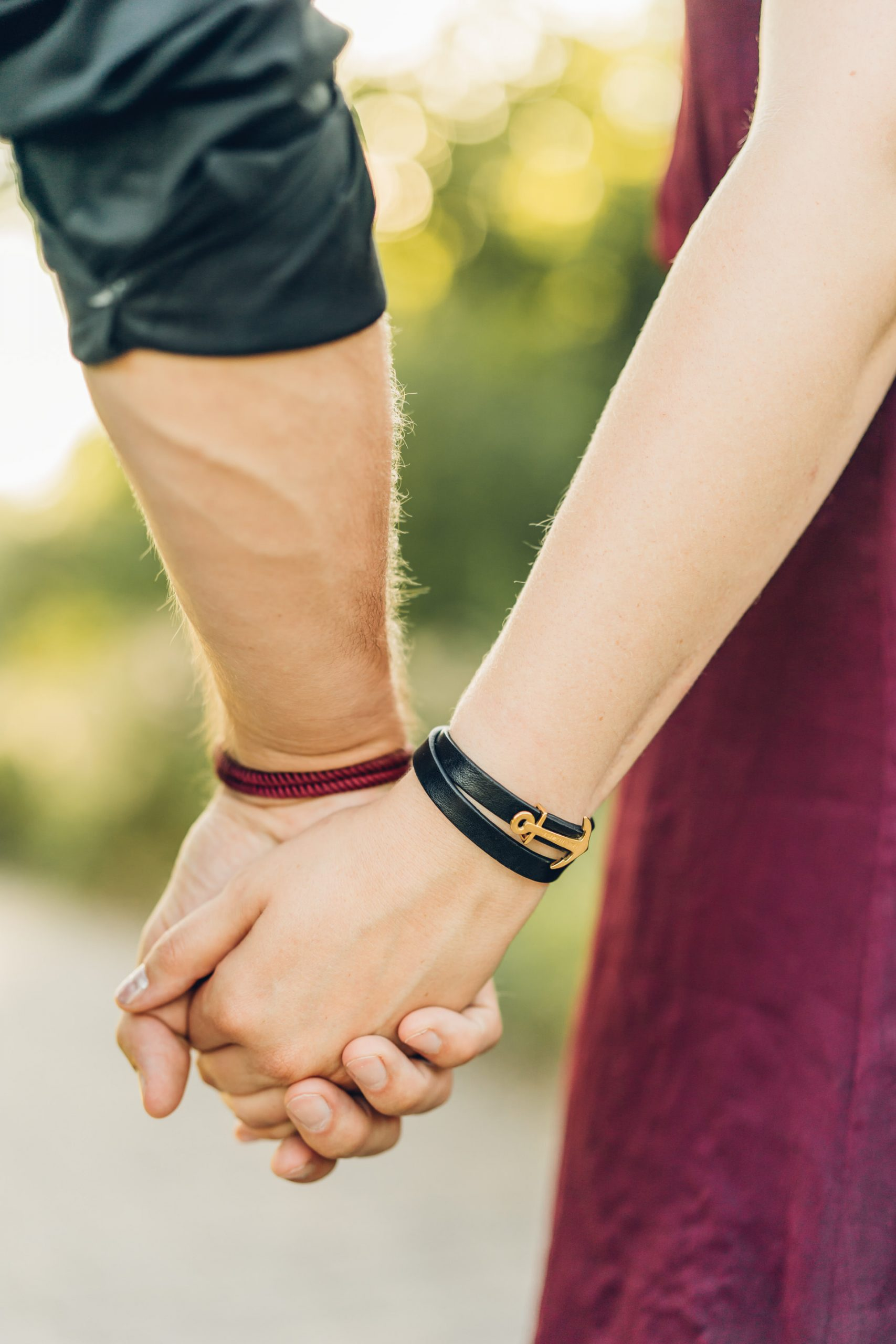 Pärchenshooting in der Natur Paar hält Händchen