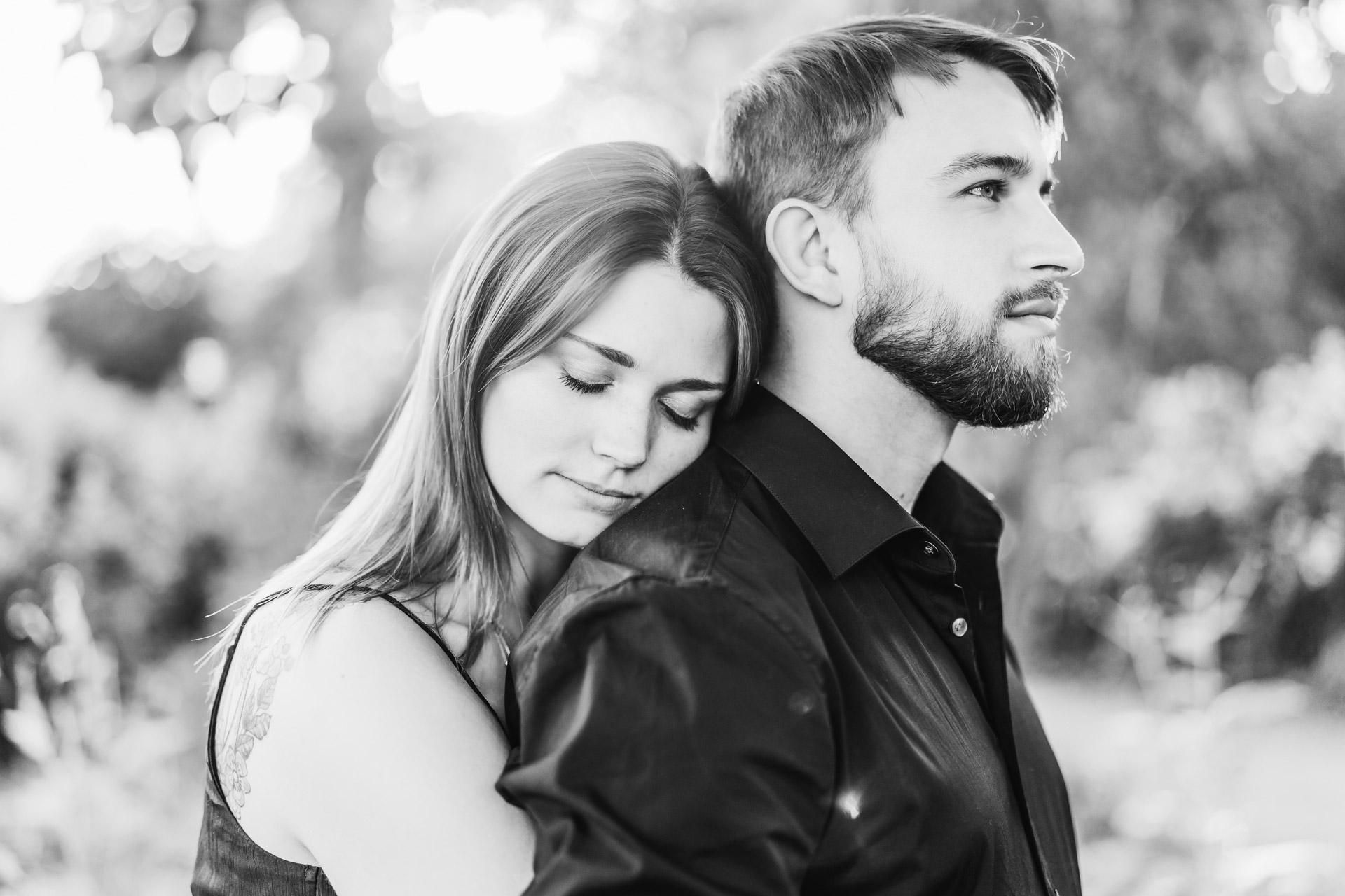 Verlobungsshooting natürliche Pärchenfotos draßen in der Natur Hochzeitsfotografin Mainz