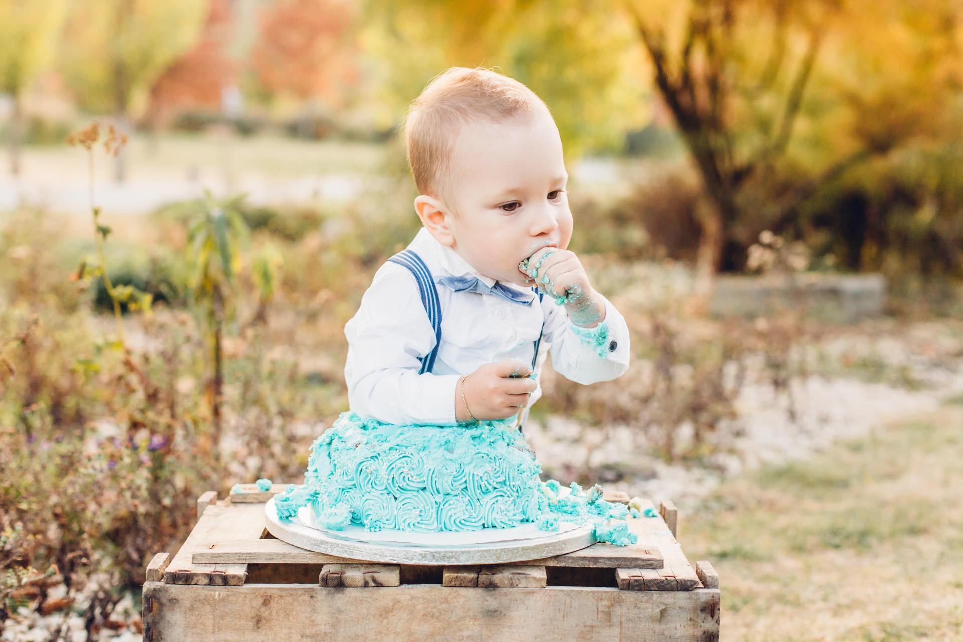 Cake Smash Fotosohooting mit hellblauer pastellfarbener Cremetorte