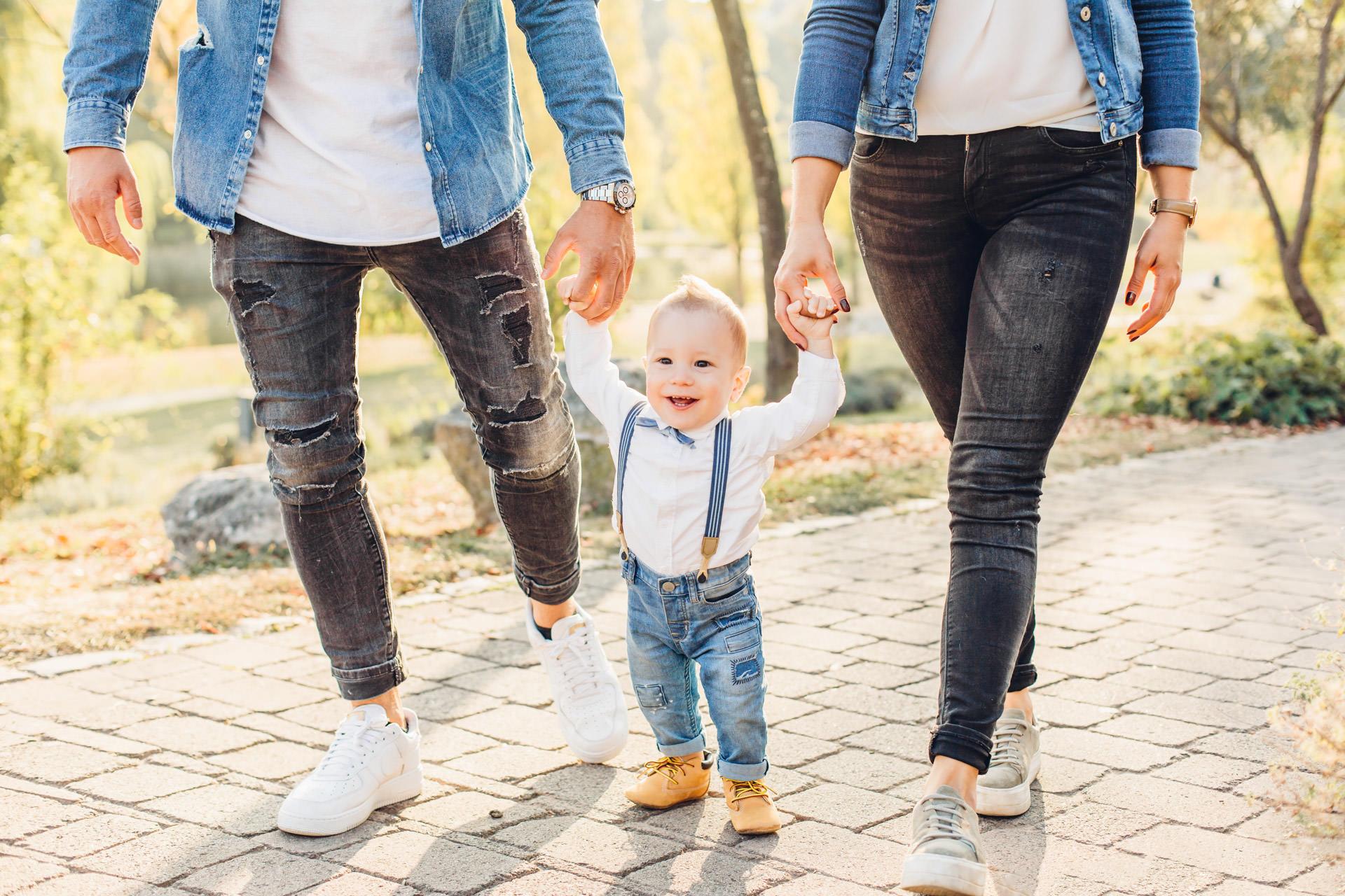 Familienfotoshooting Fotograf Mainz Eltern zusammen mit ihrem Kind in Jeansoutfits