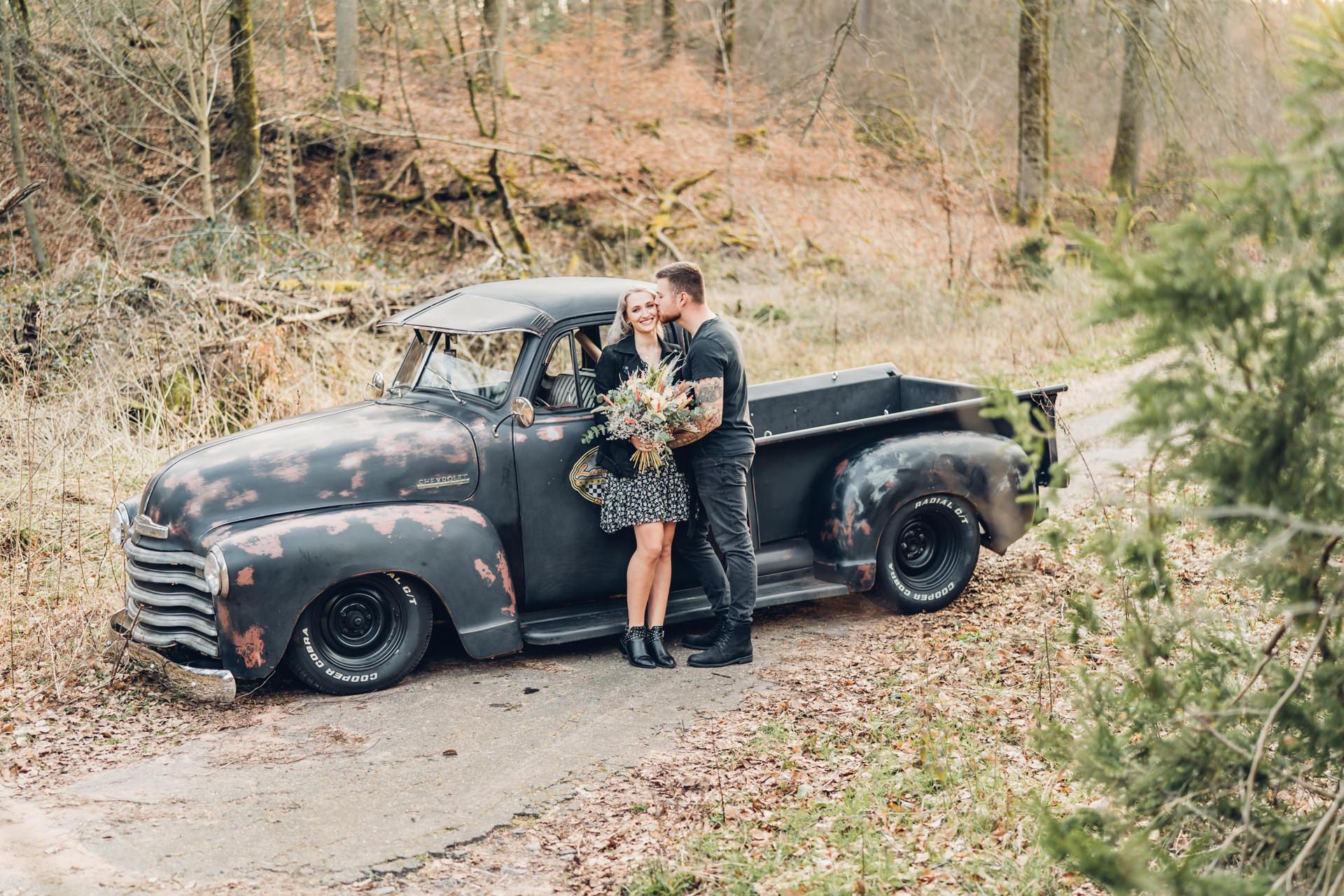 Pärchenfotos mit Oldtimer im Pfälzer Wald