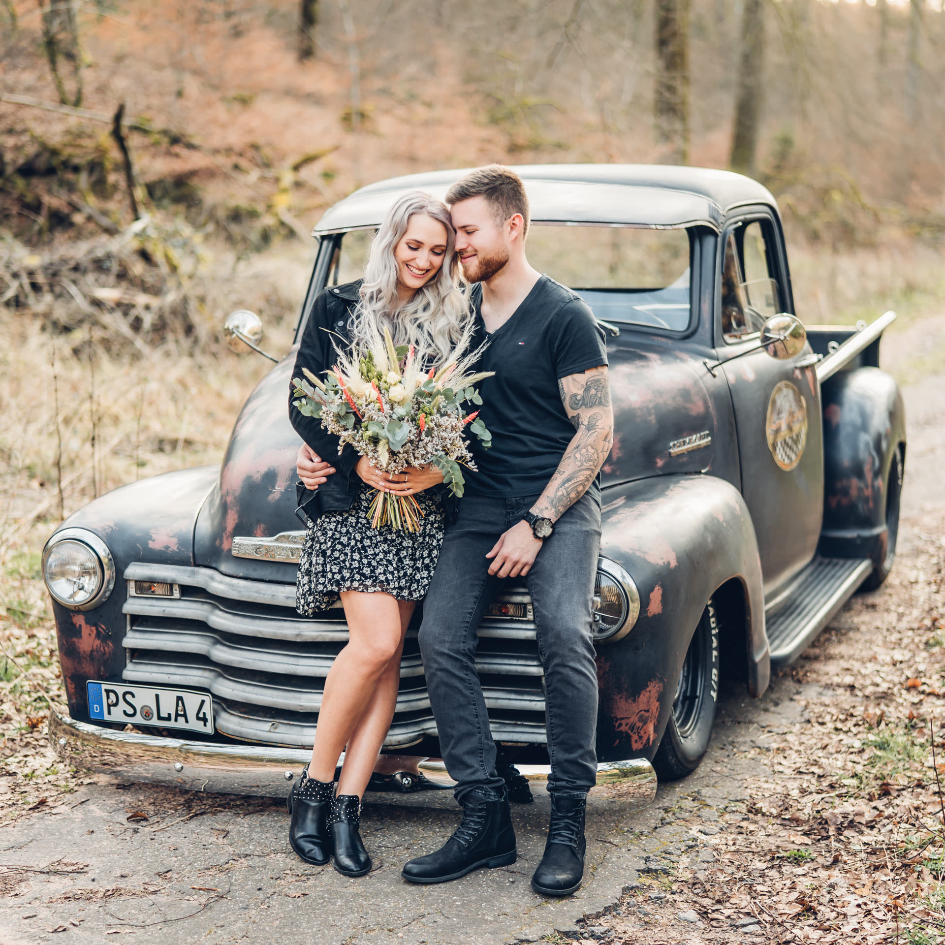 Emotionales Verlobungsshooting mit Oldtimer Chevrolet Pickup Rat Rod