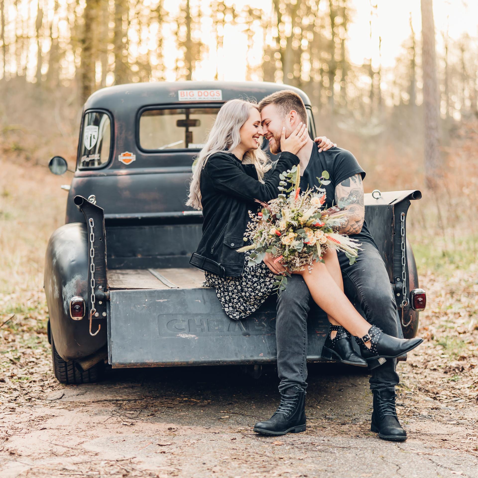 Pärchenfotos mit Oldtimer Chevrolet Pickup Rat Rod