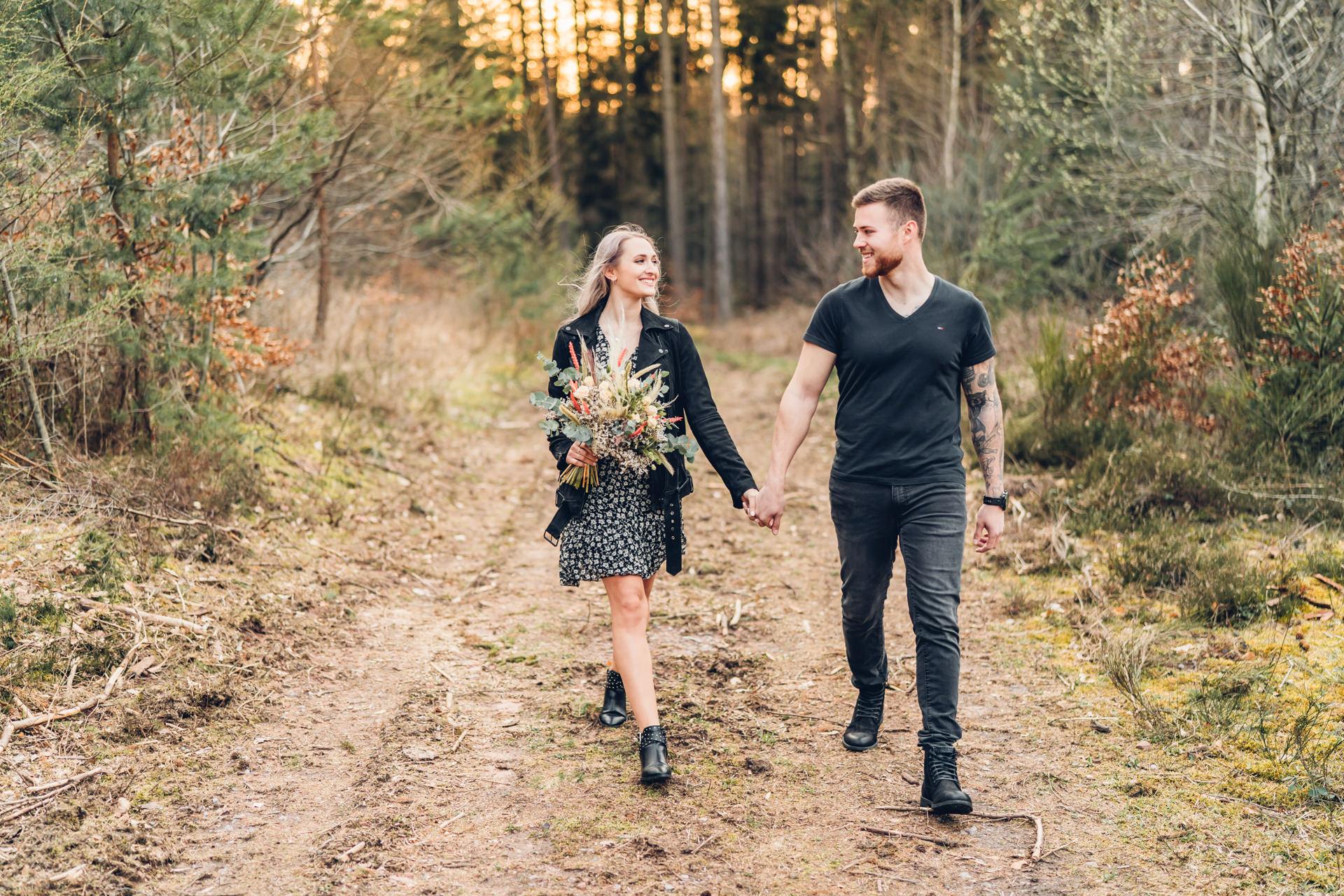 Pärchenfotos mit Oldtimern im Pfälzer Wald
