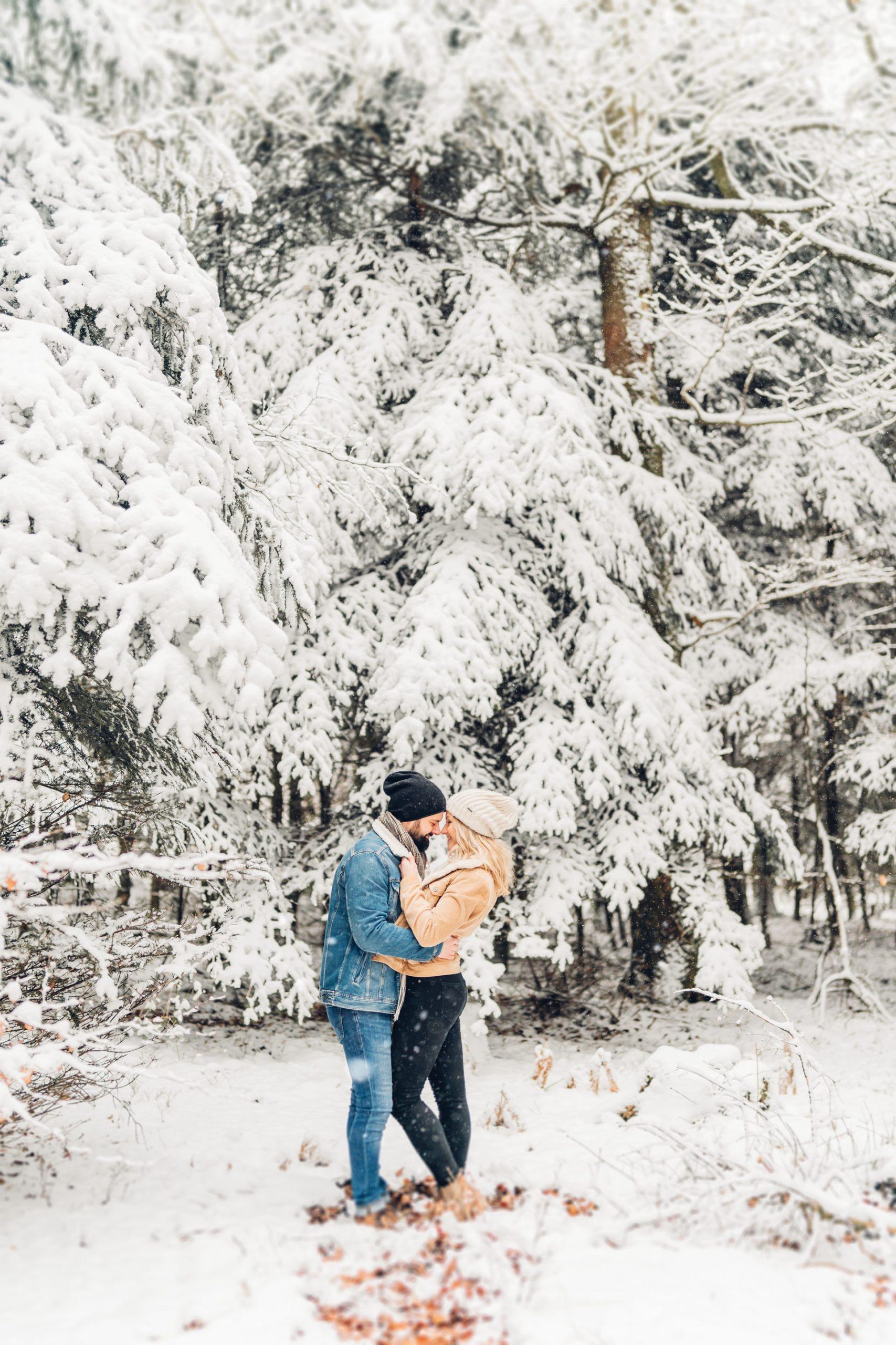Verlobungsfotos im Winter im Schnee im Pfälzer Wald
