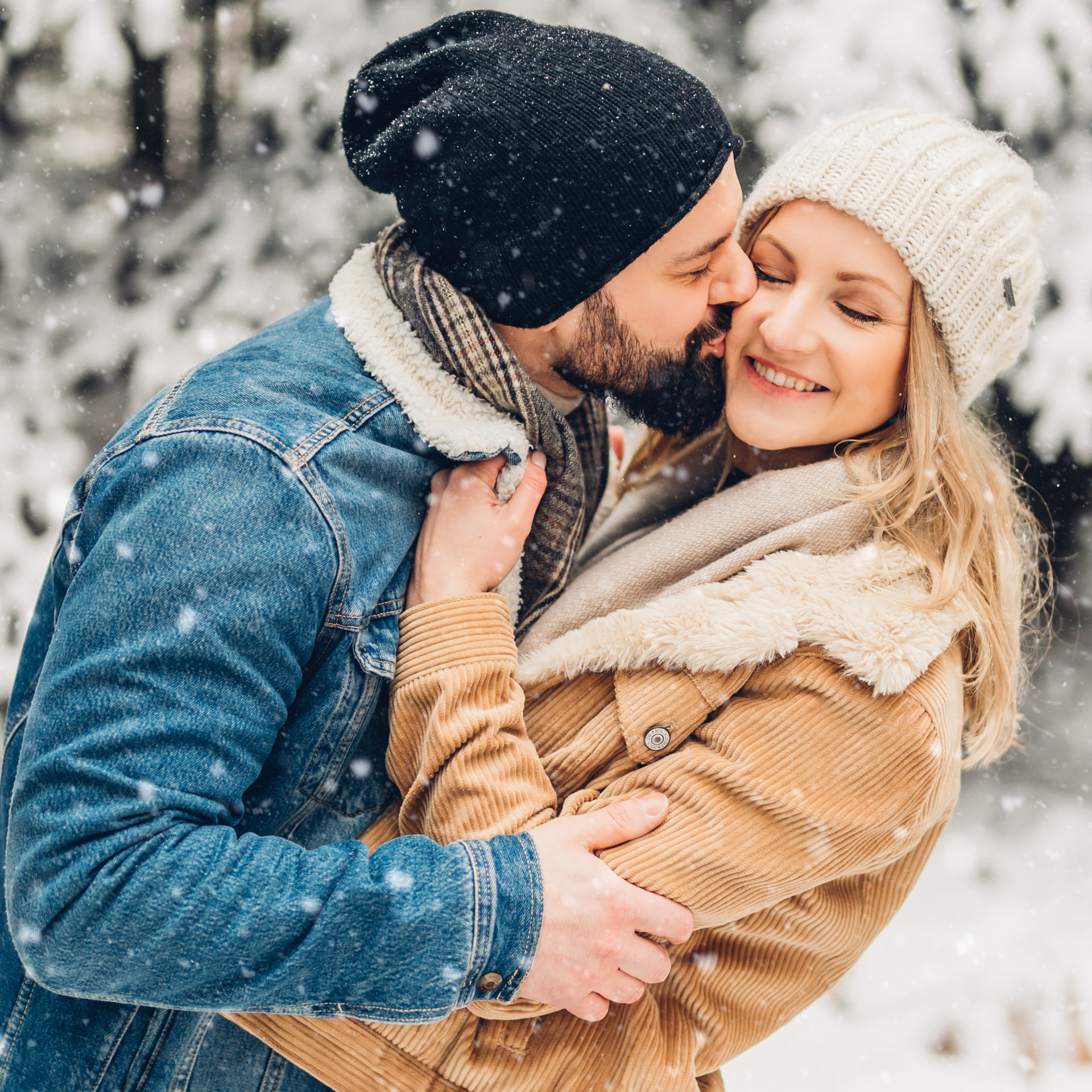 emotionale Pärchenfotos im Schnee