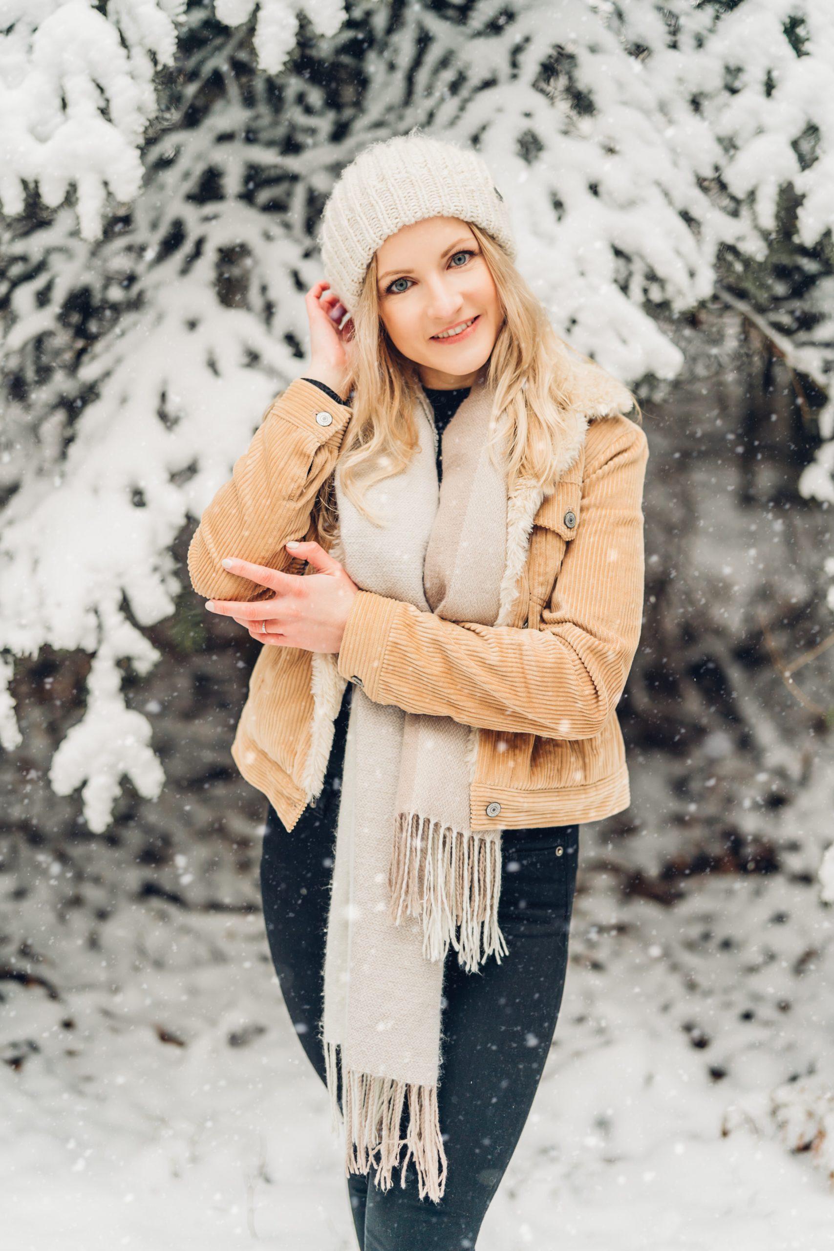 Portraitfotos junge Frau im Schnee