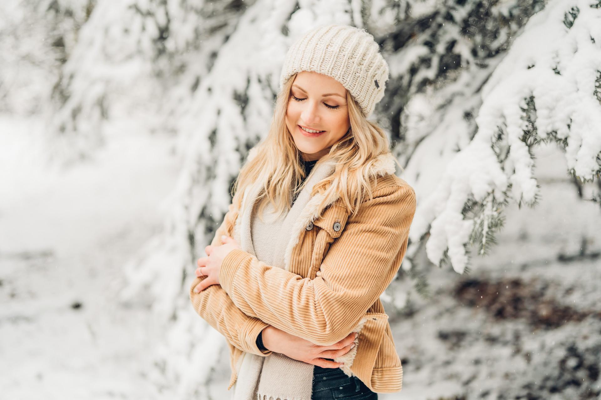 Junge Frau Winter Portrait im Schnee
