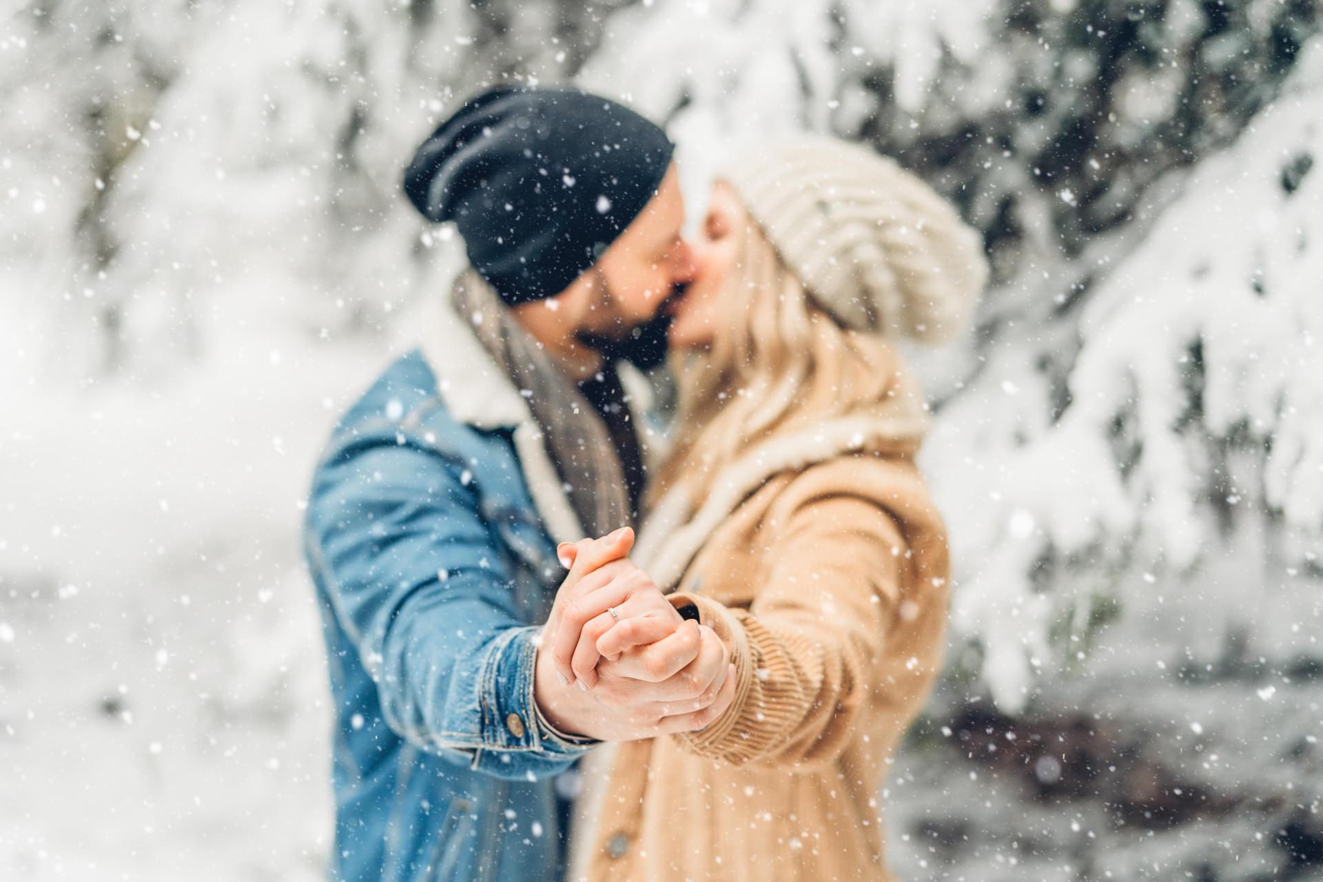 Verlobungsfotos im Schnee Hochzeitsfotografin Mainz