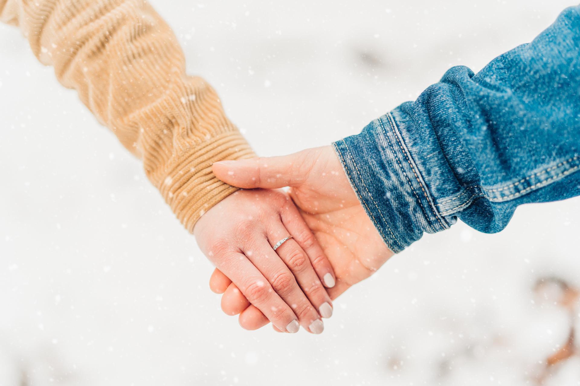 Verlobungsshooting im verschneiten Wald