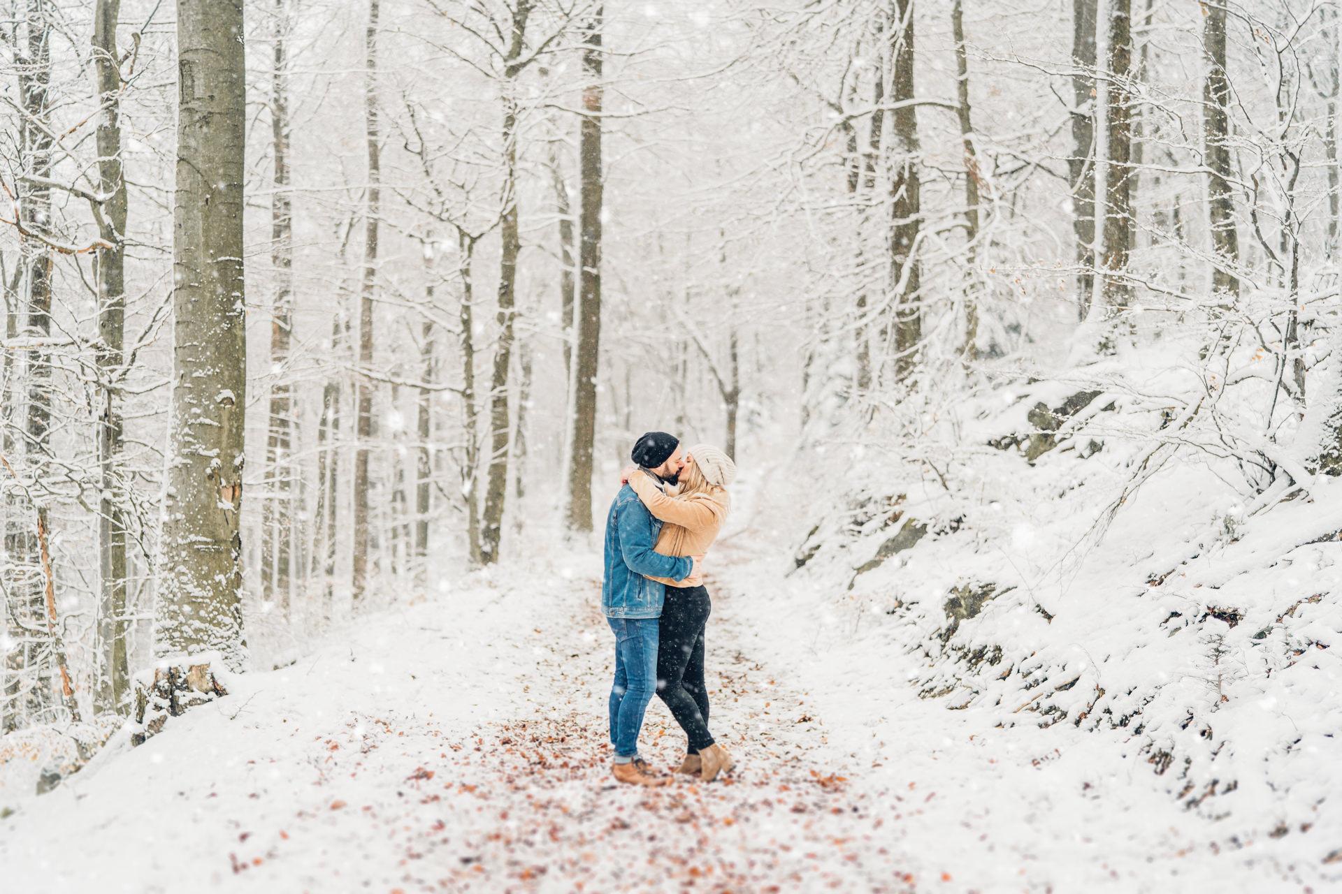 Wintershooting im Schnee Paarfotos