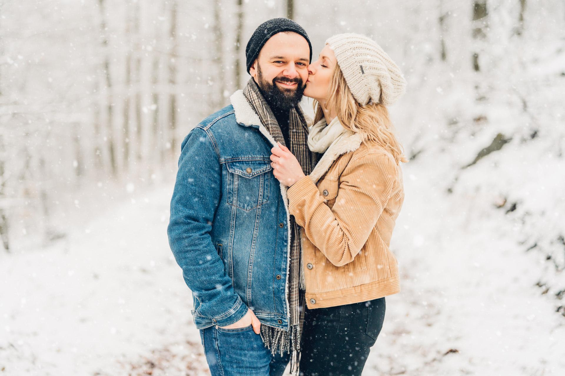 Winter Verlobungsfotos im Schnee in Rheinland-Pfalz