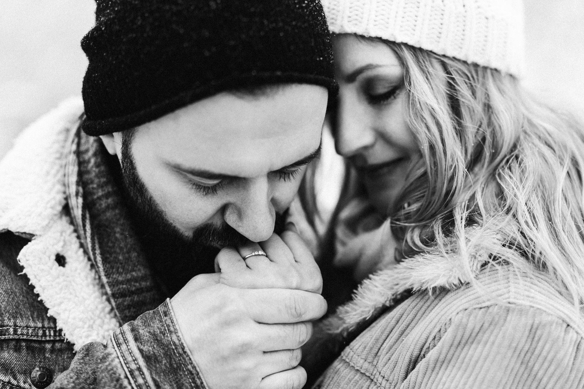 Verlobungsshooting Schwarz Weiß Ring