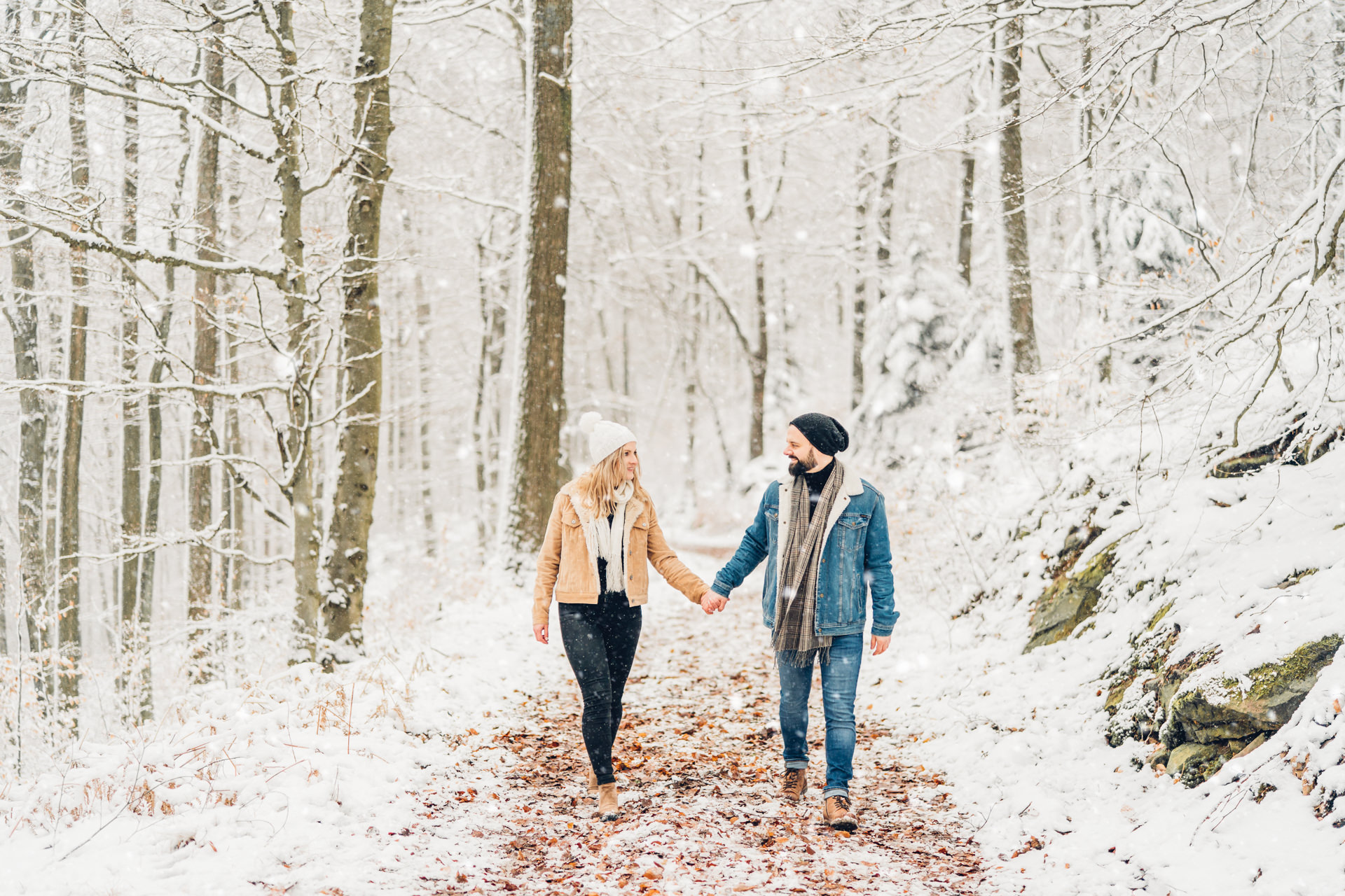 Verlobungsfotos im verschneiten Wald bei Pirmasens