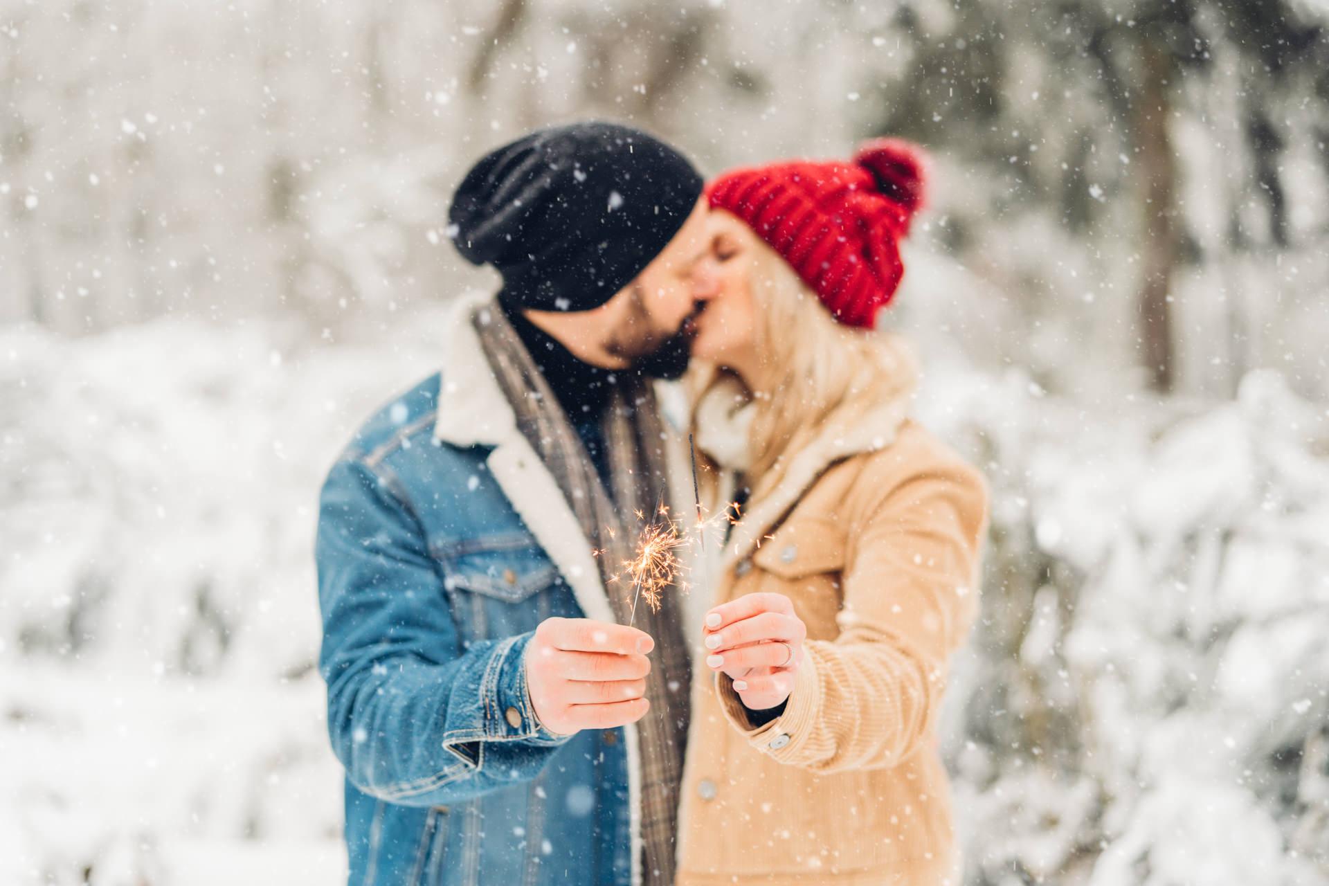 Winterpärchenshooting im Schnee mit Wunderkerzen