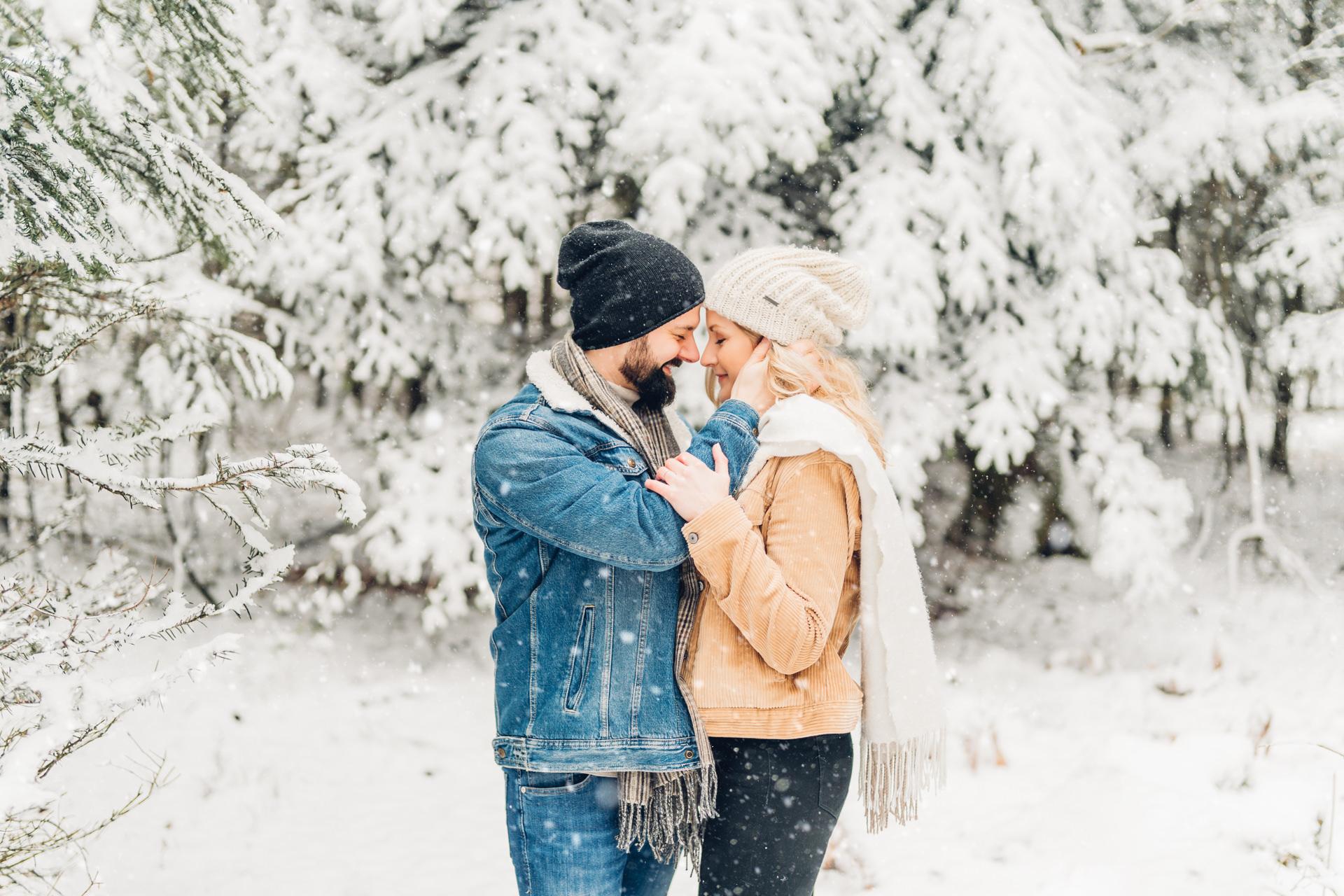 Paarfotos im Winter im Schnee