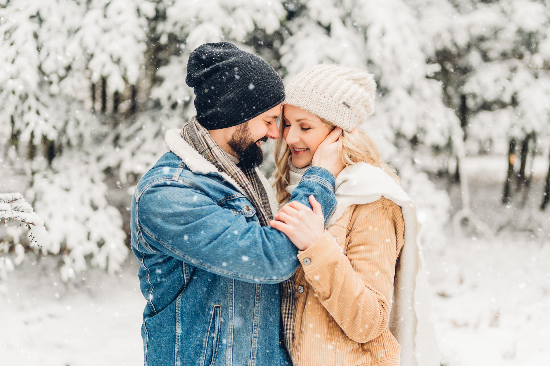 Winterliches Engagementshooting im Schnee in Pirmasens