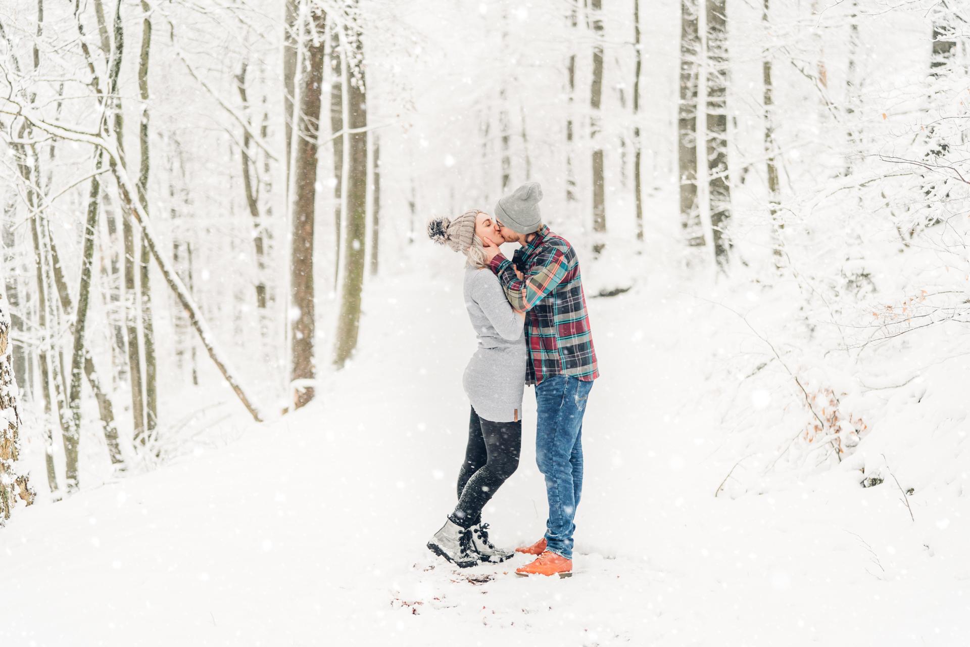 Verlobungsfotos Wintershooting im Schnee