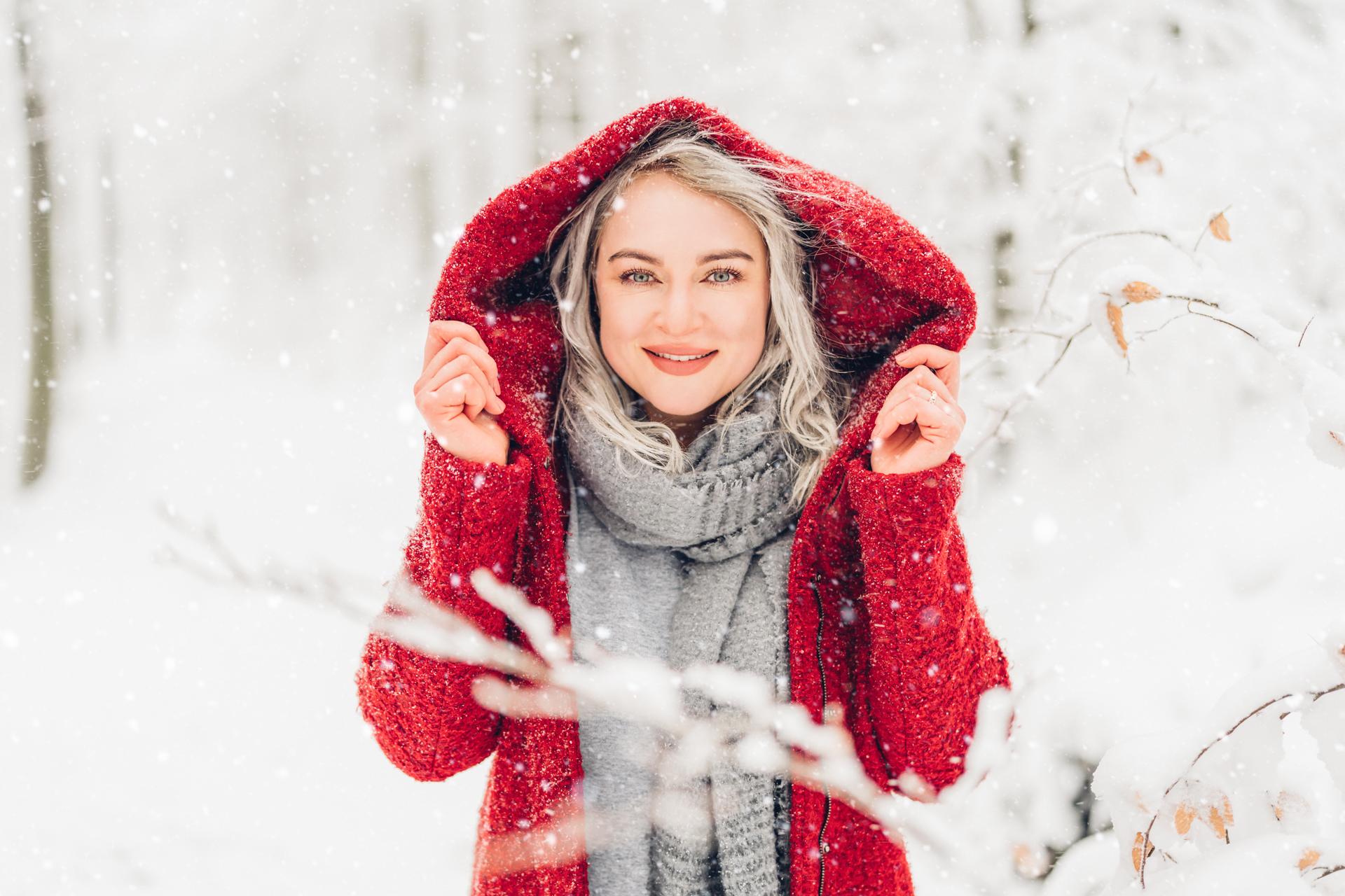 Schöne Portraits in winterlicher Landschaft, Rotkäppchen