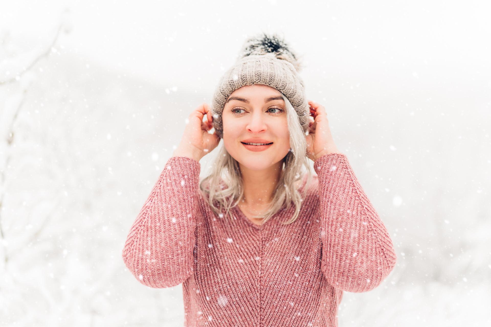Natürliche Winterportraits im Schnee