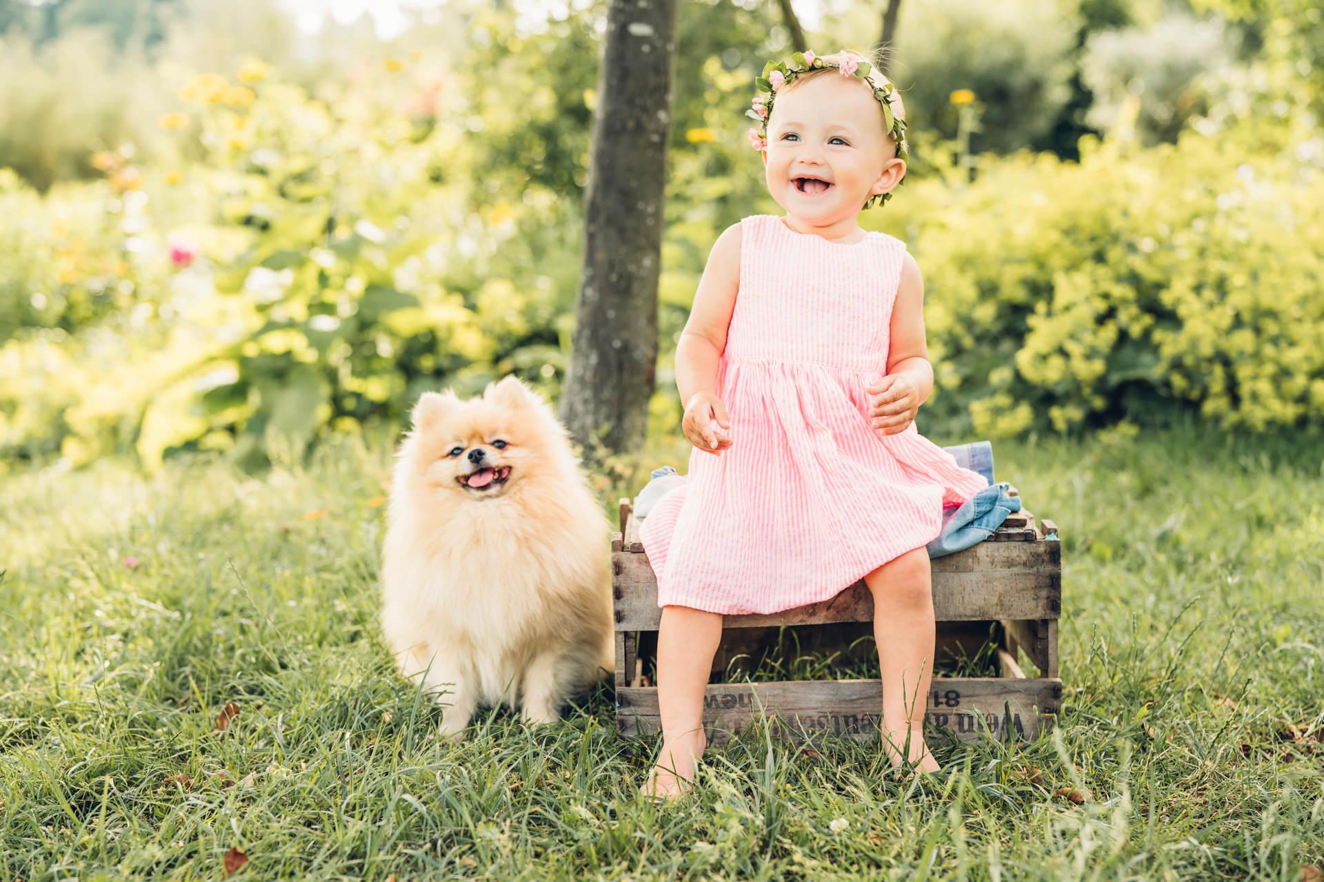 Fotoshooting mit Kind und Zwergspitz zum ersten Geburtstag Pirmasens