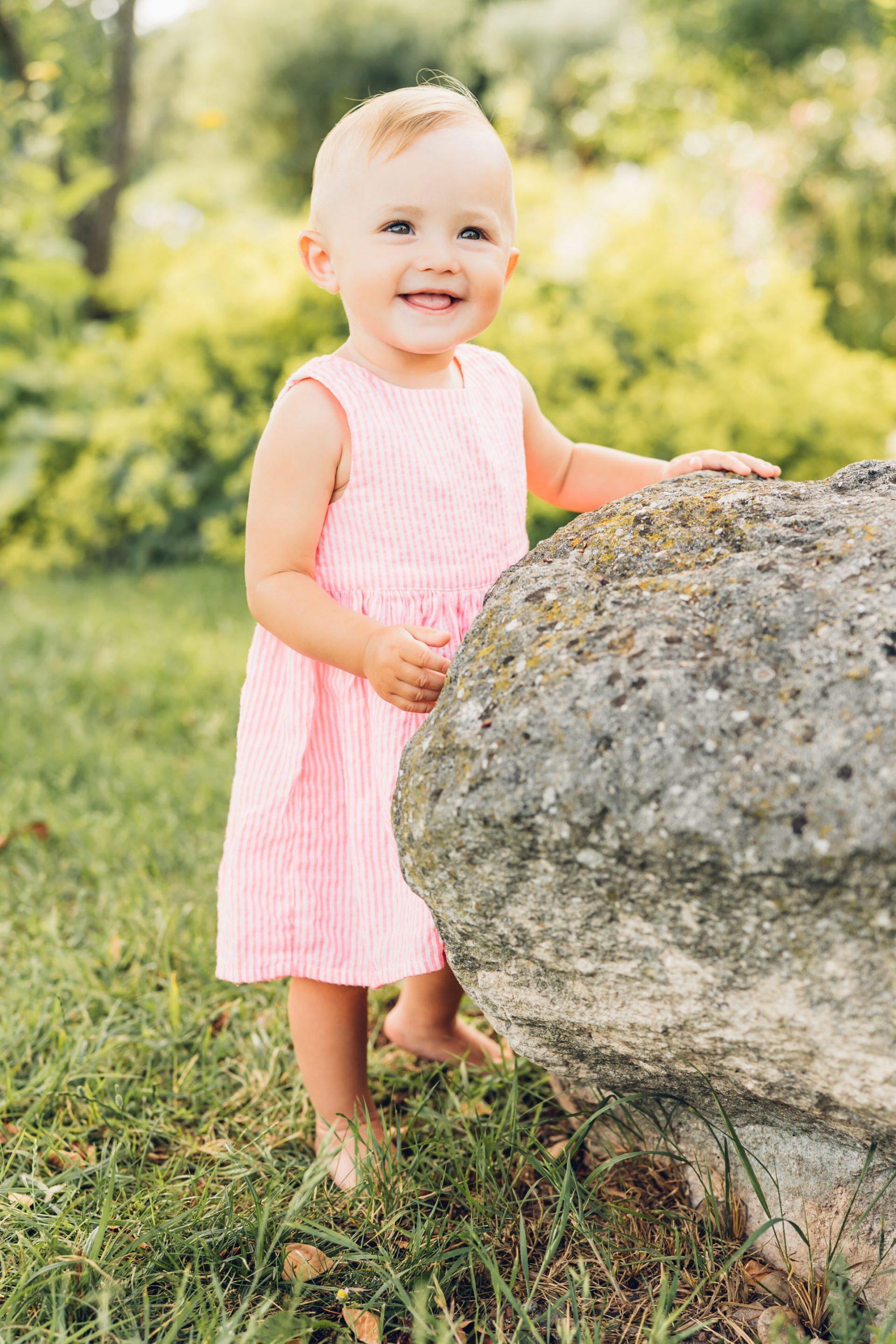 Kinderfotografie, Familienfotograf Mainz, glückliches 1. Jähriges Mädchen in rosa Kleid