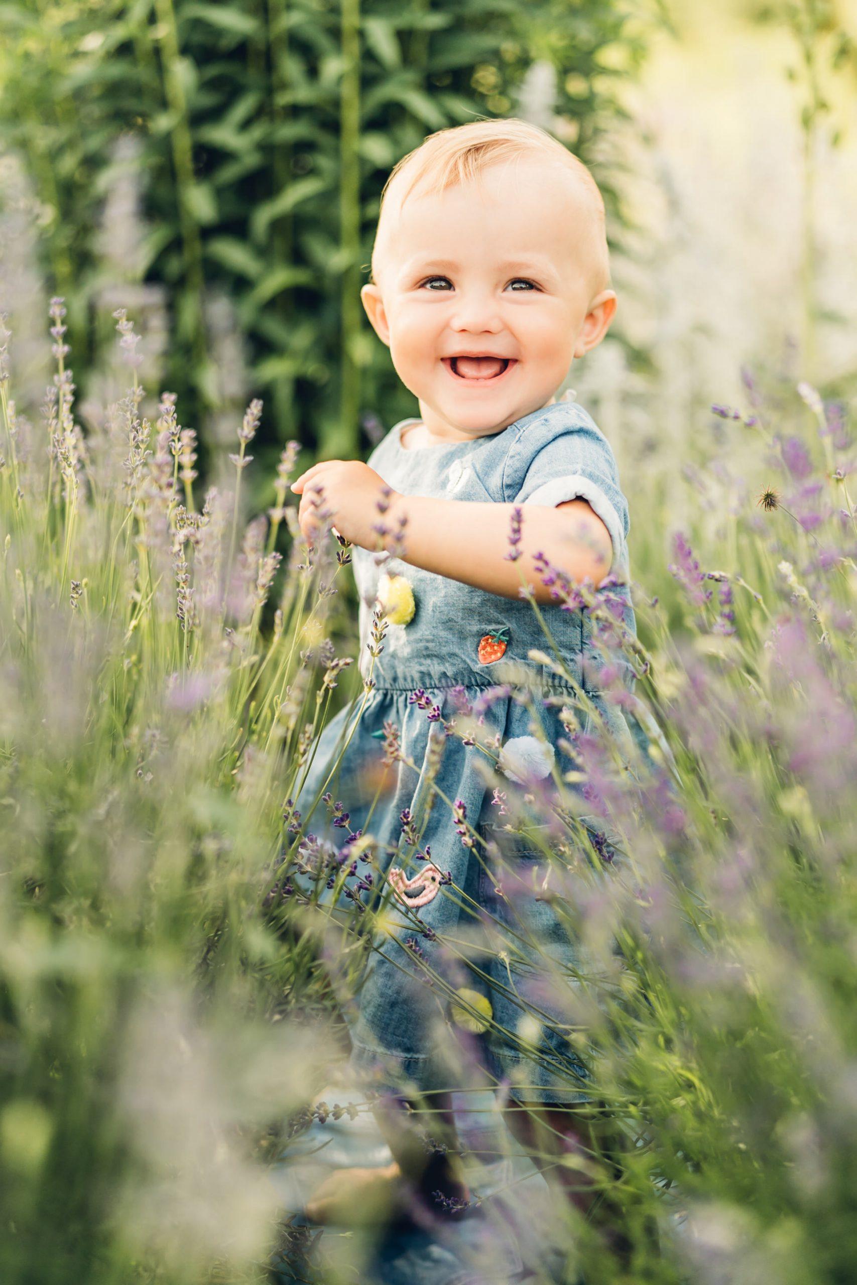 Natürliche Babyfotos zum ersten Geburtstag