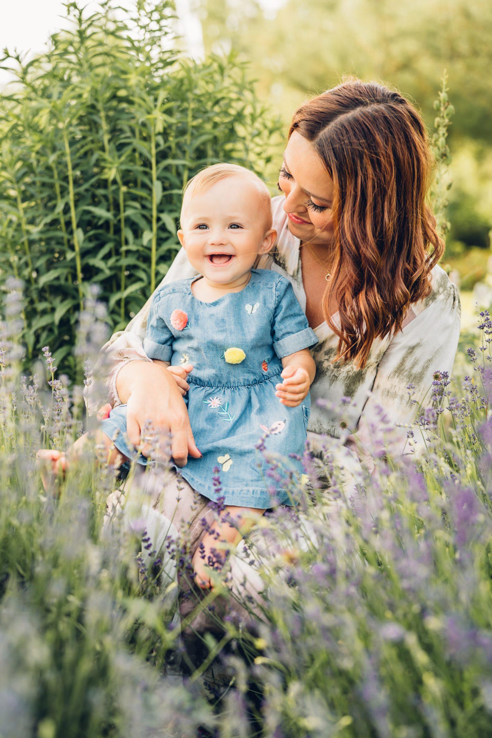 Glückliche Mama und Babymädchen beim natürlichen Familienshooting Fotograf Pirmasens